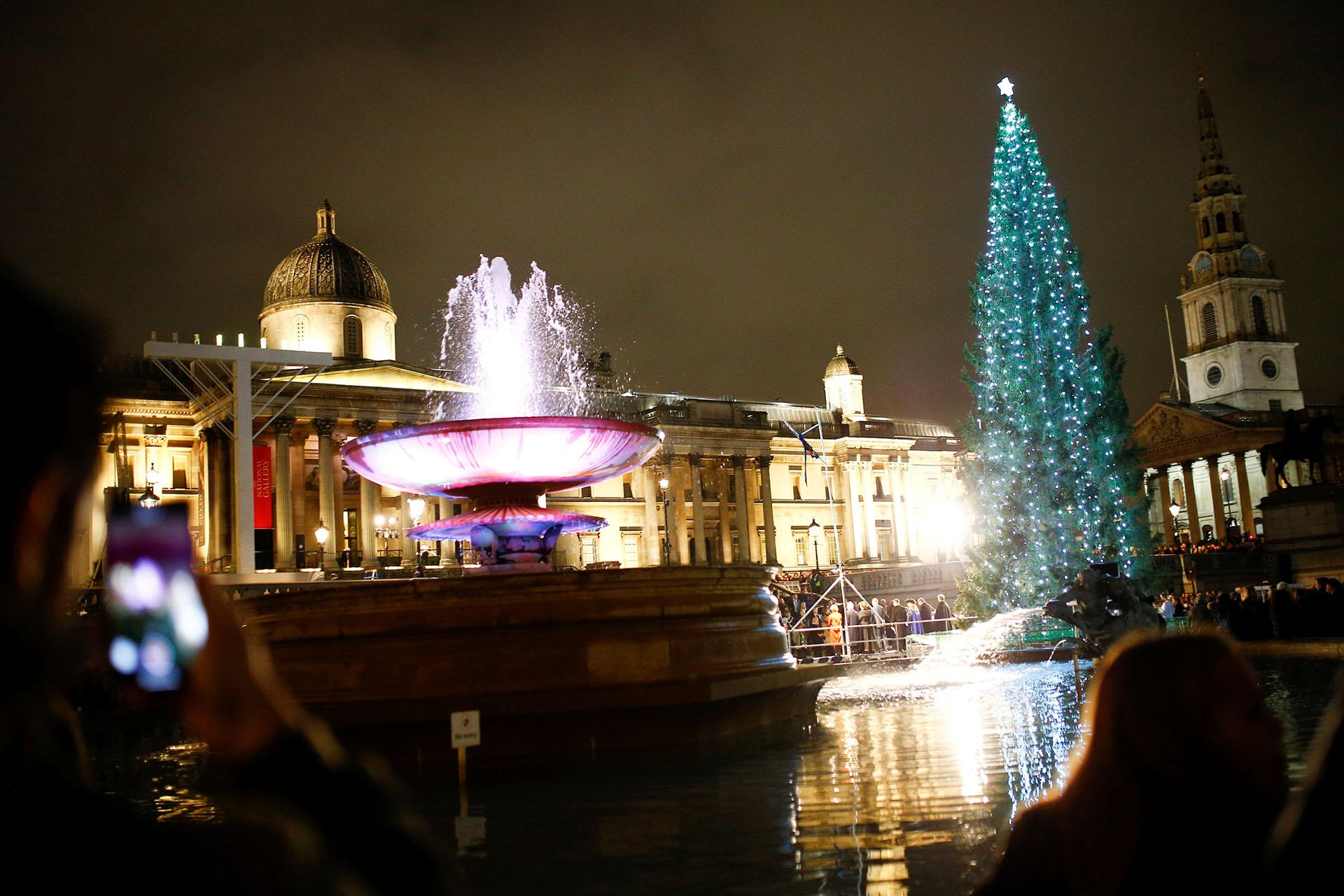 LONDRES, UK. En Trafalgar Square en Londres el árbol de Navidad fue regalado por Noruega. Para su encendida de la primer noche participó la alcaldesa Marianne Borgen y el alcalde de Westminster, Lindsey Hall