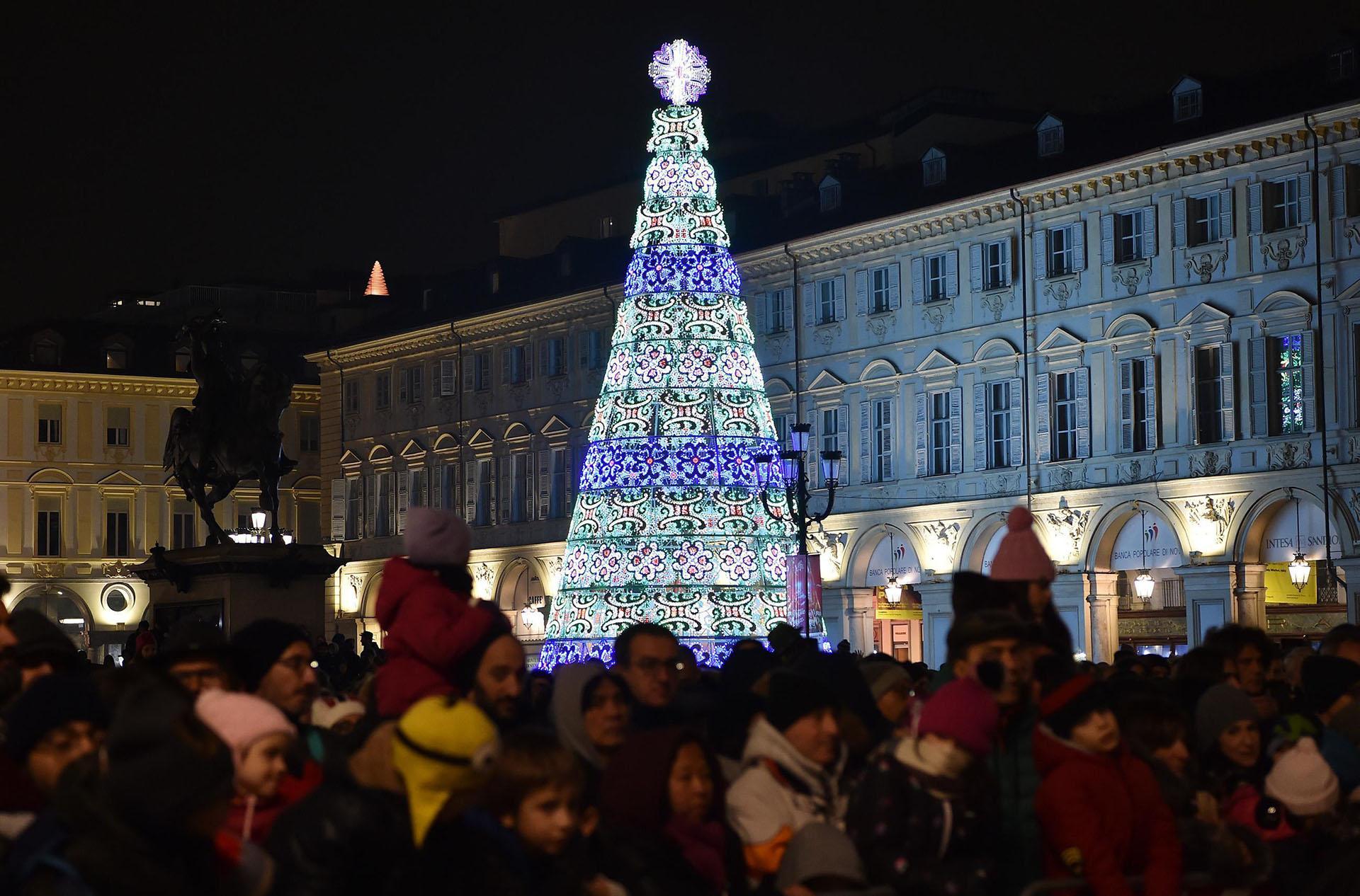 TURÍN, ITALIA. El árbol luminoso de la plazaSan Carlo's en Turín