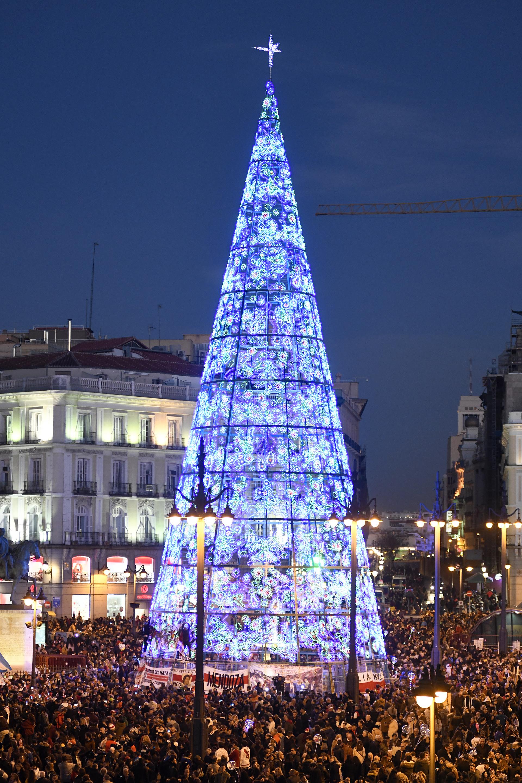 MADRID, ESPAÑA. En Puertas del Sol un gigante y luminoso árbol de Navidad ya está construído en el corazón de la plaza (Quiroga)
