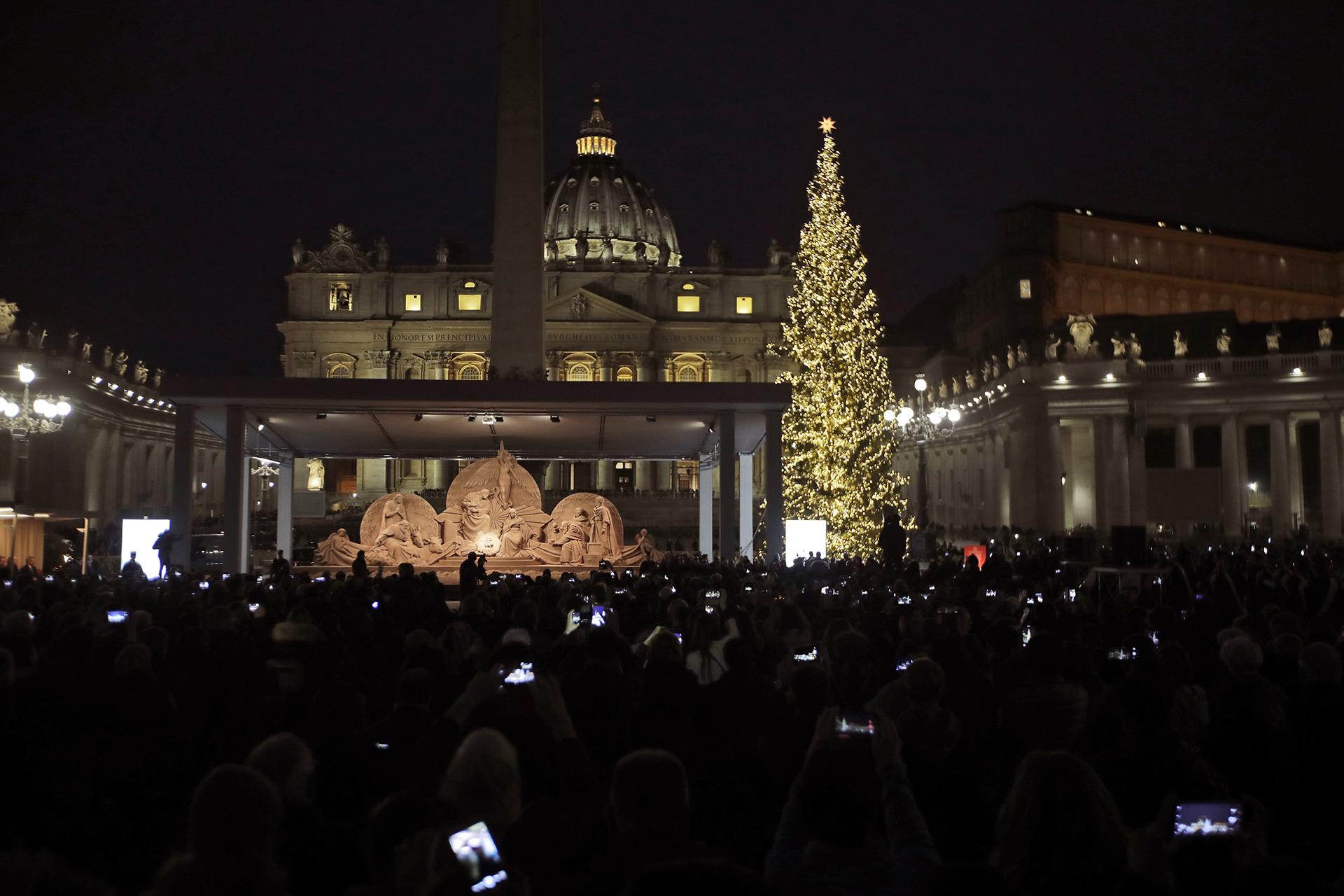 VATICANO-ROMA, ITALIA. Instalado en la plaza San Pedro y con la Basílica detrás, el árbol navideño fue construido por artistas italianos e internacionales