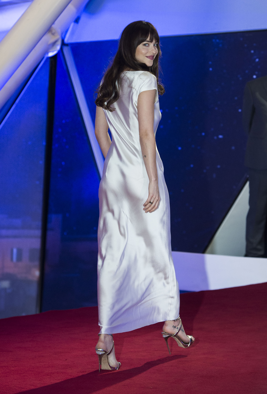 La actriz lució su seducción en un vestido de seda blanca