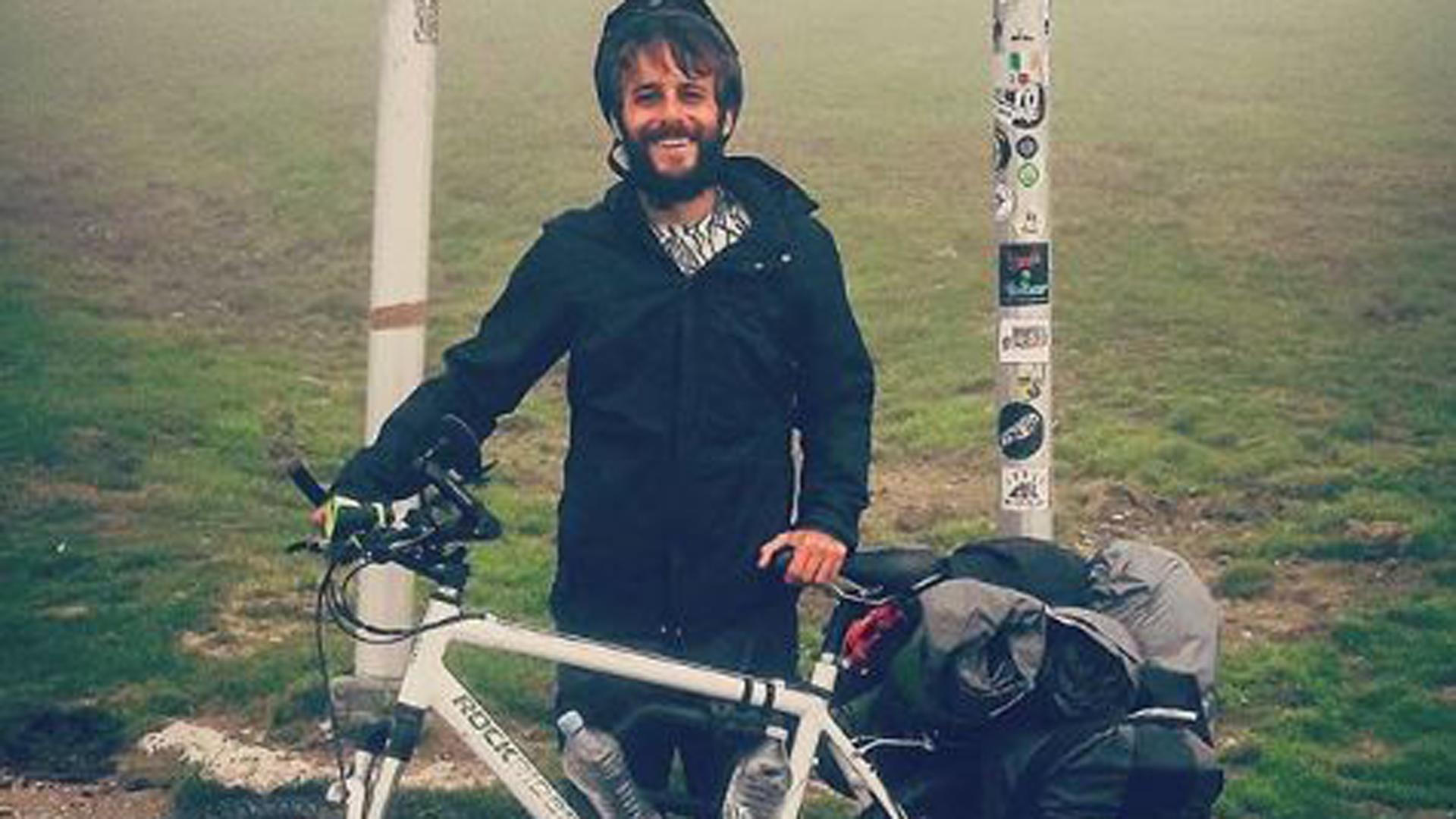Agustín, con su bicicleta, ya está en Madrid para ver la final de la Copa Libertadores