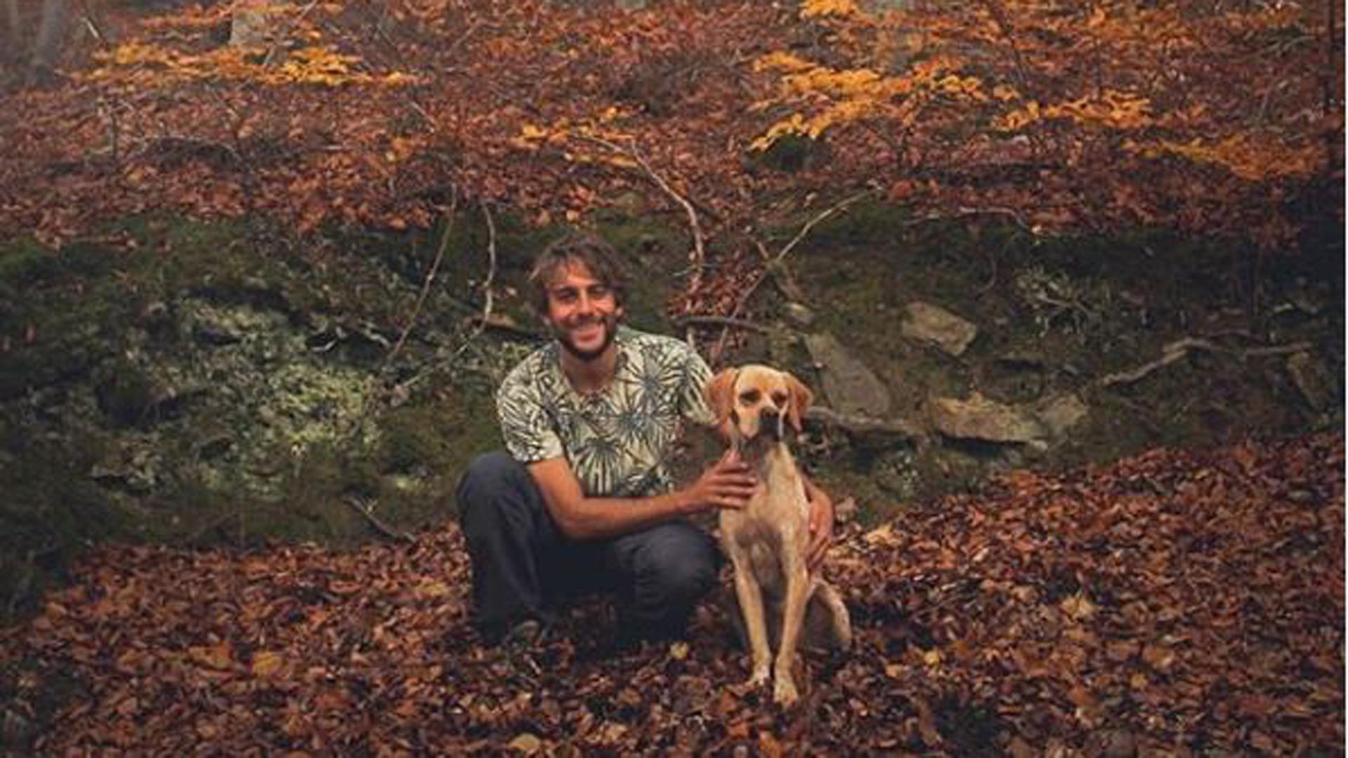 Pocho y Vito, el perro que adoptó hace dos meses