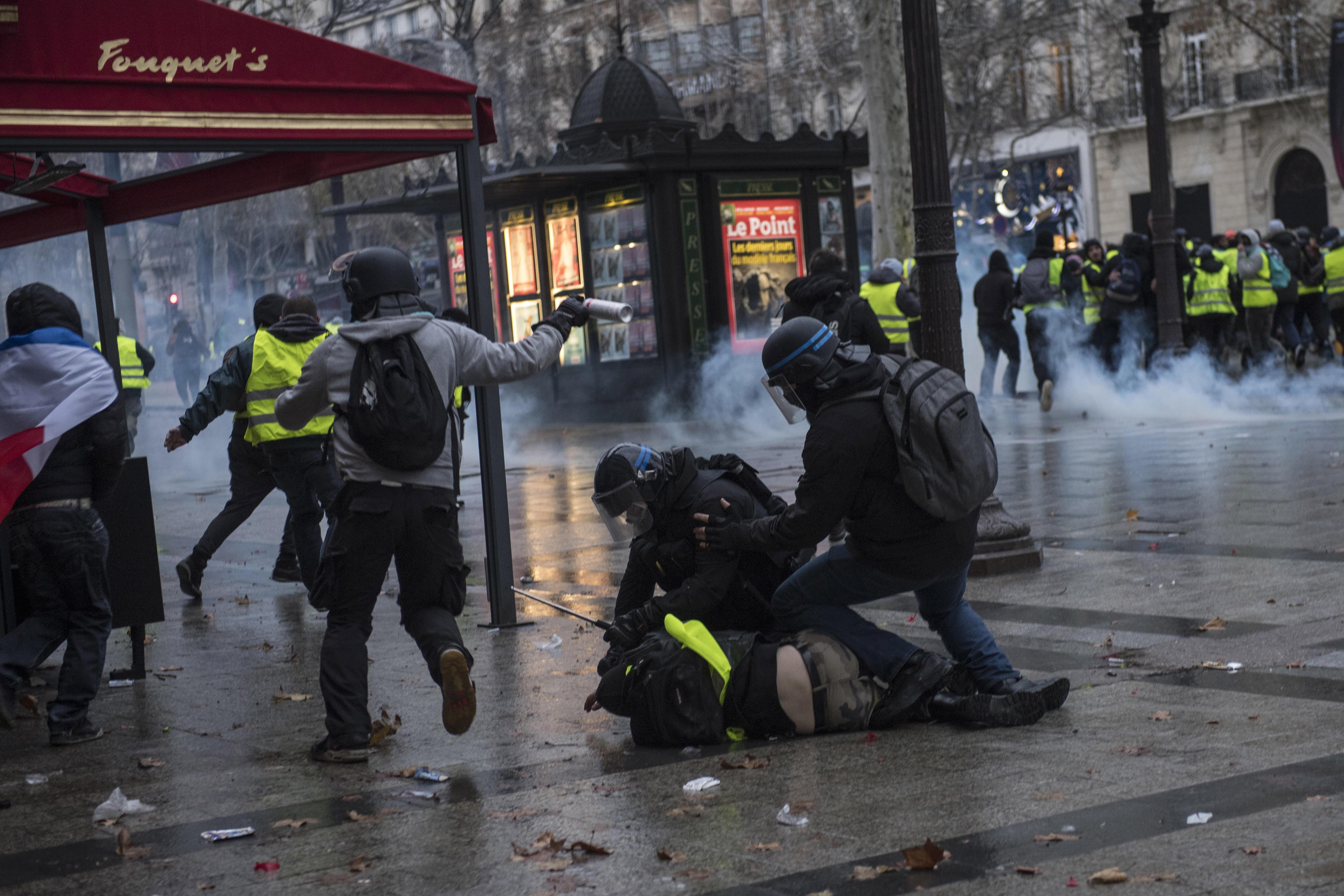 La policía arresta a un manifestante.(EFE/EPA/JULIEN DE ROSA)
