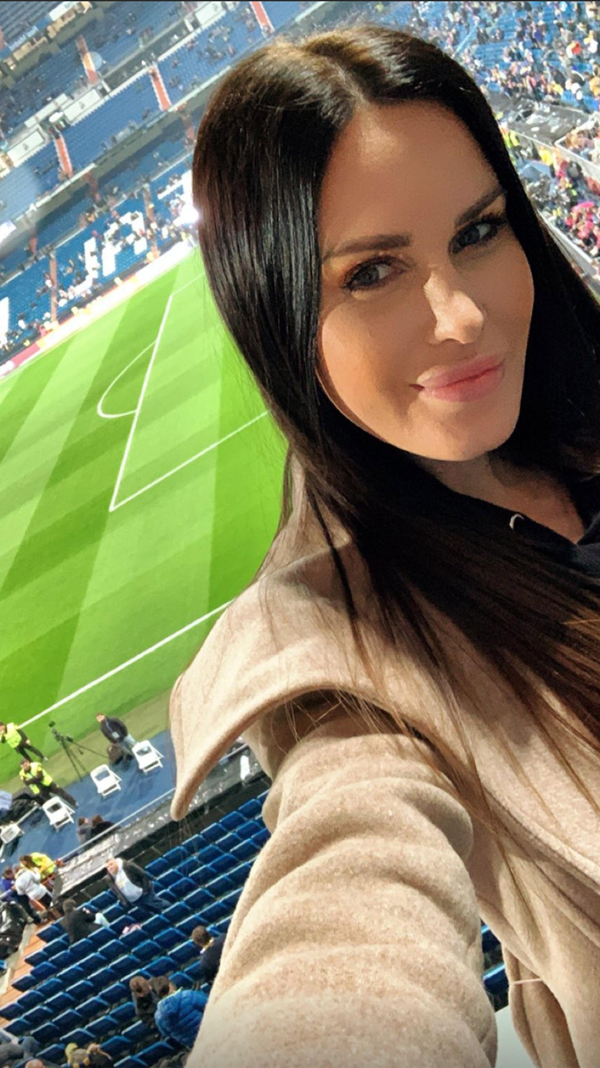 """Natalie Weber, la esposa de Mauro Zárate, viendo la Superfinal en la cancha del Real Madrid; la ayudó su eliminación del """"Bailando 2018″…"""