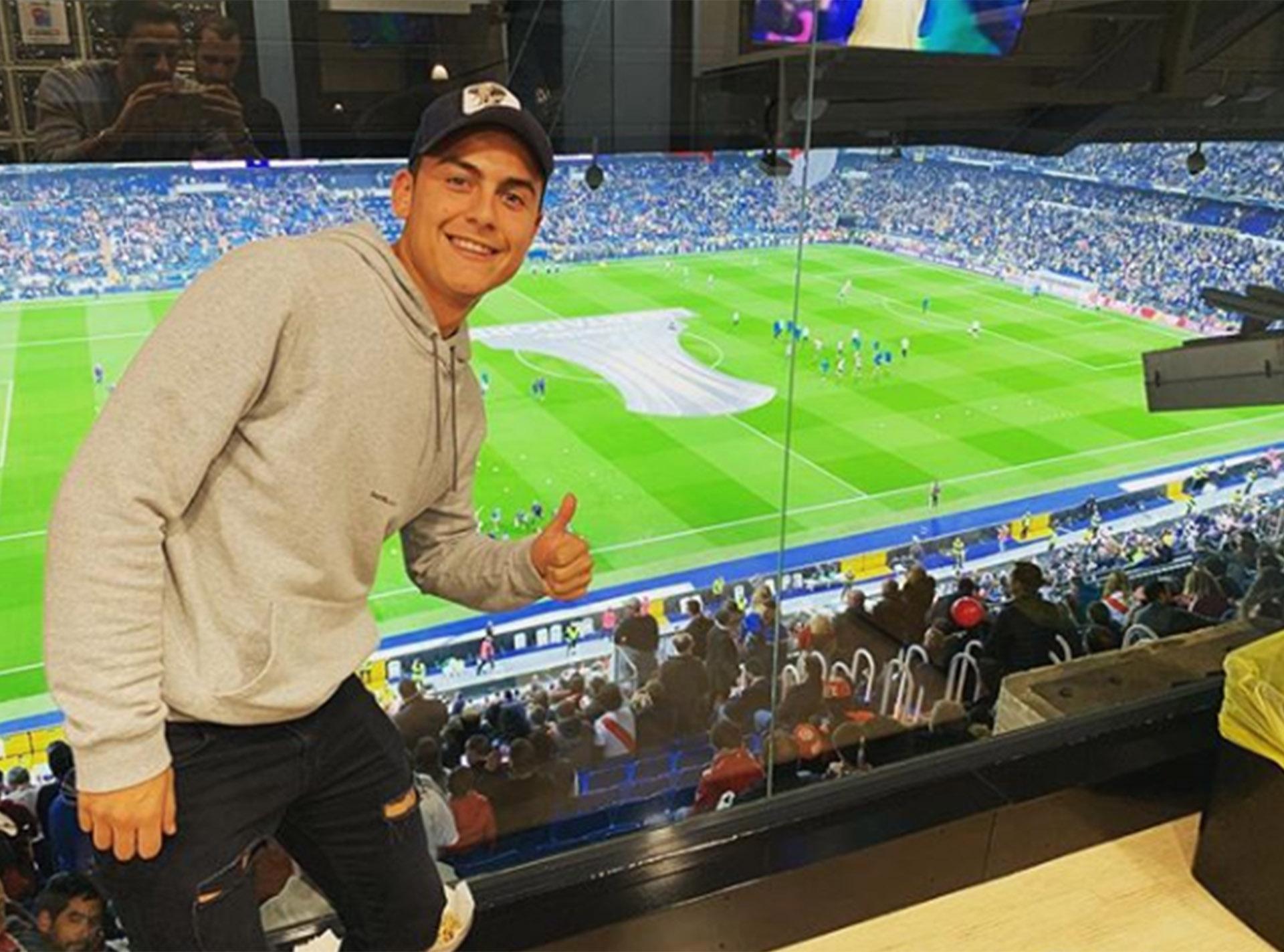 Sin Oriana Sabatini, Paulo Dybala se hizo una escapada desde Turín para ver el partido entre Boca y River. Su corazón con Instituto, pero… ¡¿cómo iba a perderse este partido?!