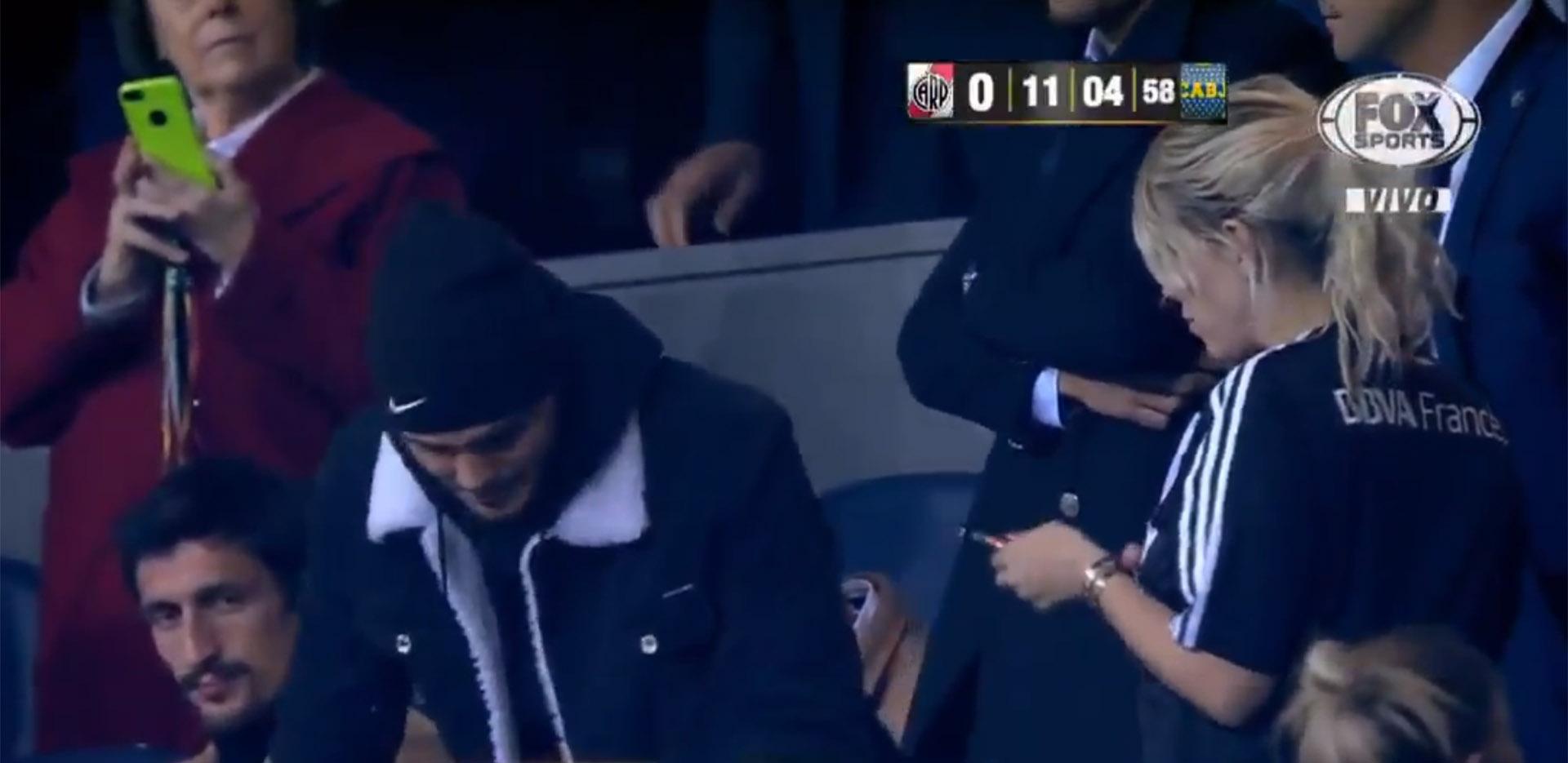 Wanda Nara con la camiseta de River (la misma que usó Maxi López), en las gradas del Santiago Bernabéu junto a Mauro Icardi (fanático de Newell's); anoche, celebró su cumpleaños. Y ahora, vive esta fiesta