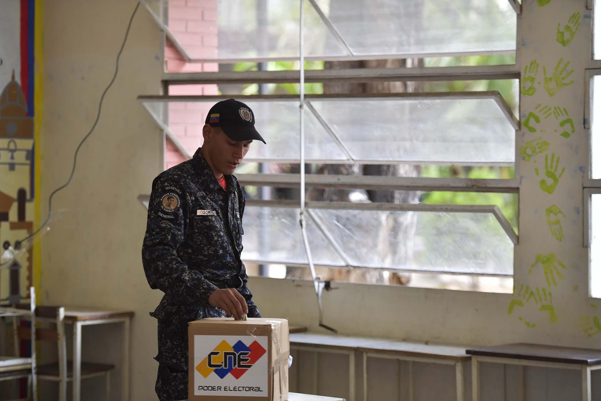 """La oposición acusa a Maduro de haber puesto a su servicio los poderes electoral y judicial, mientras que la cúpula de la Fuerza Armada declara frecuentemente su """"lealtad"""" al dictador chavista"""