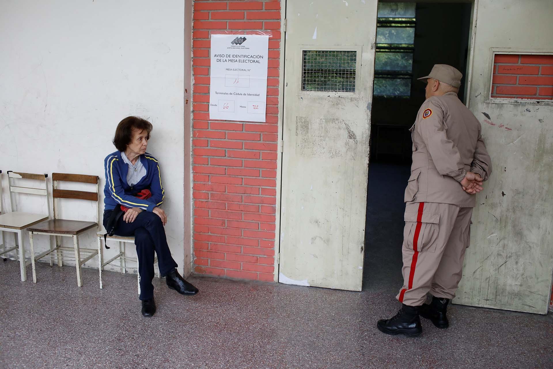 El proceso electoral comenzó hoy con retraso debido a que los centros de votación comenzaron a abrir sus puertas a las 7.00 hora local (11.00 GMT), una hora más tarde de lo establecido por el Consejo Electoral
