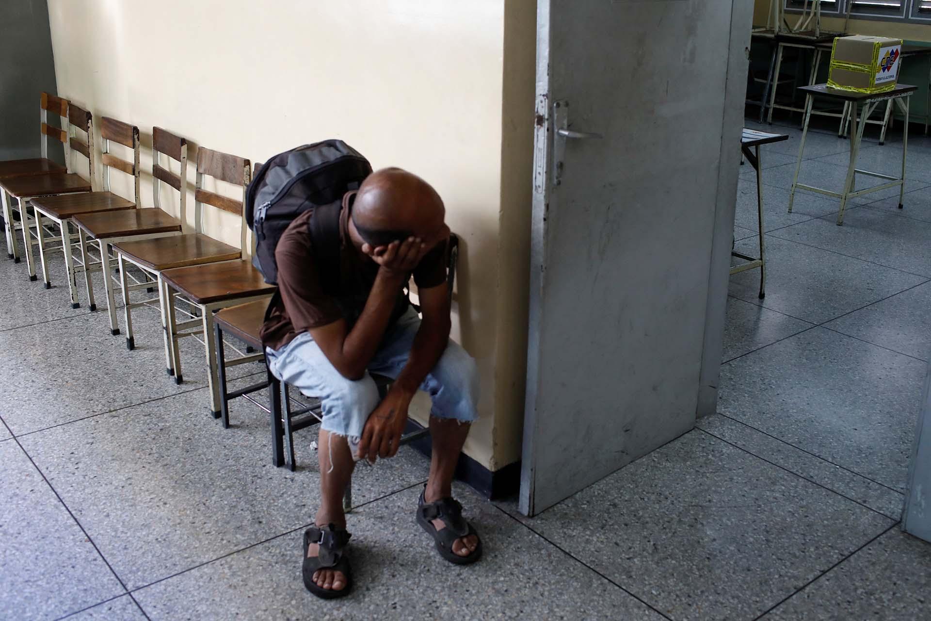 Un hombre espera para votar en Caracas