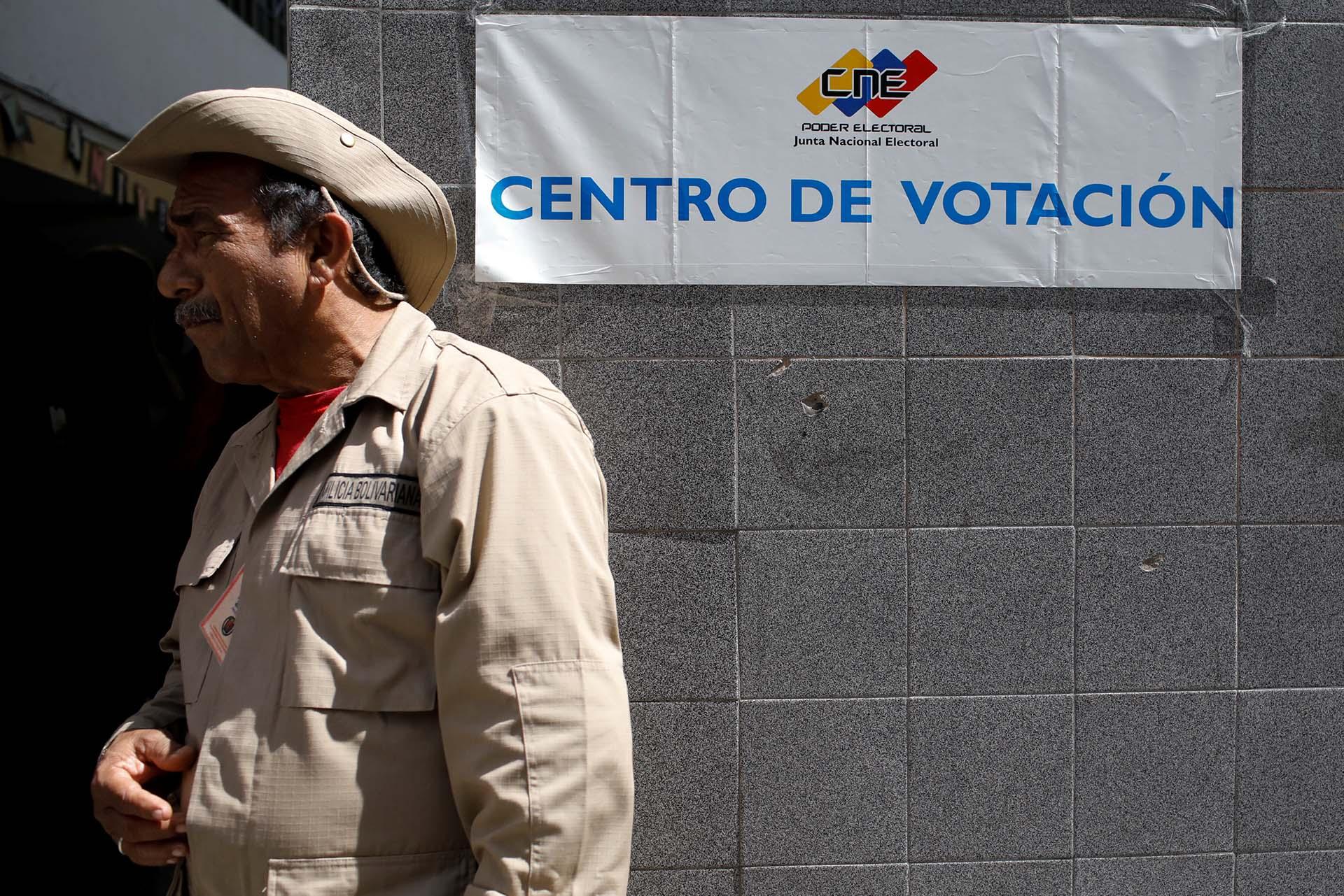 Las elecciones de concejales en Venezuela están marcadas tradicionalmente por la baja intención de voto, pero al proceso celebrado hoy se le añade el desánimo y la desconfianza del sector opositor en el árbitro electoral que ha sido señalado de fraudulento en múltiples oportunidades