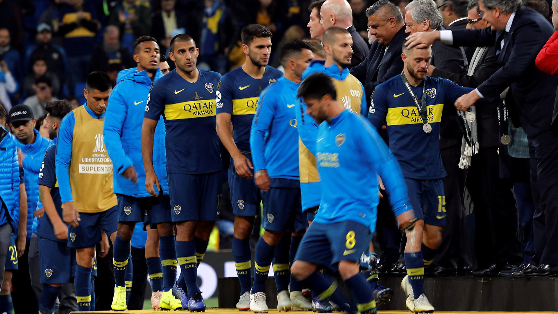 """Los jugadores de Boca recogen las medallas tras perder contra River en el partido de vuelta de la final de la Copa Libertadores que ambos equipos disputaron en el estadio Santiago Bernabéu de Madrid, y que terminó con la victoria del """"Millonario"""" por 2-1 (EFE)"""