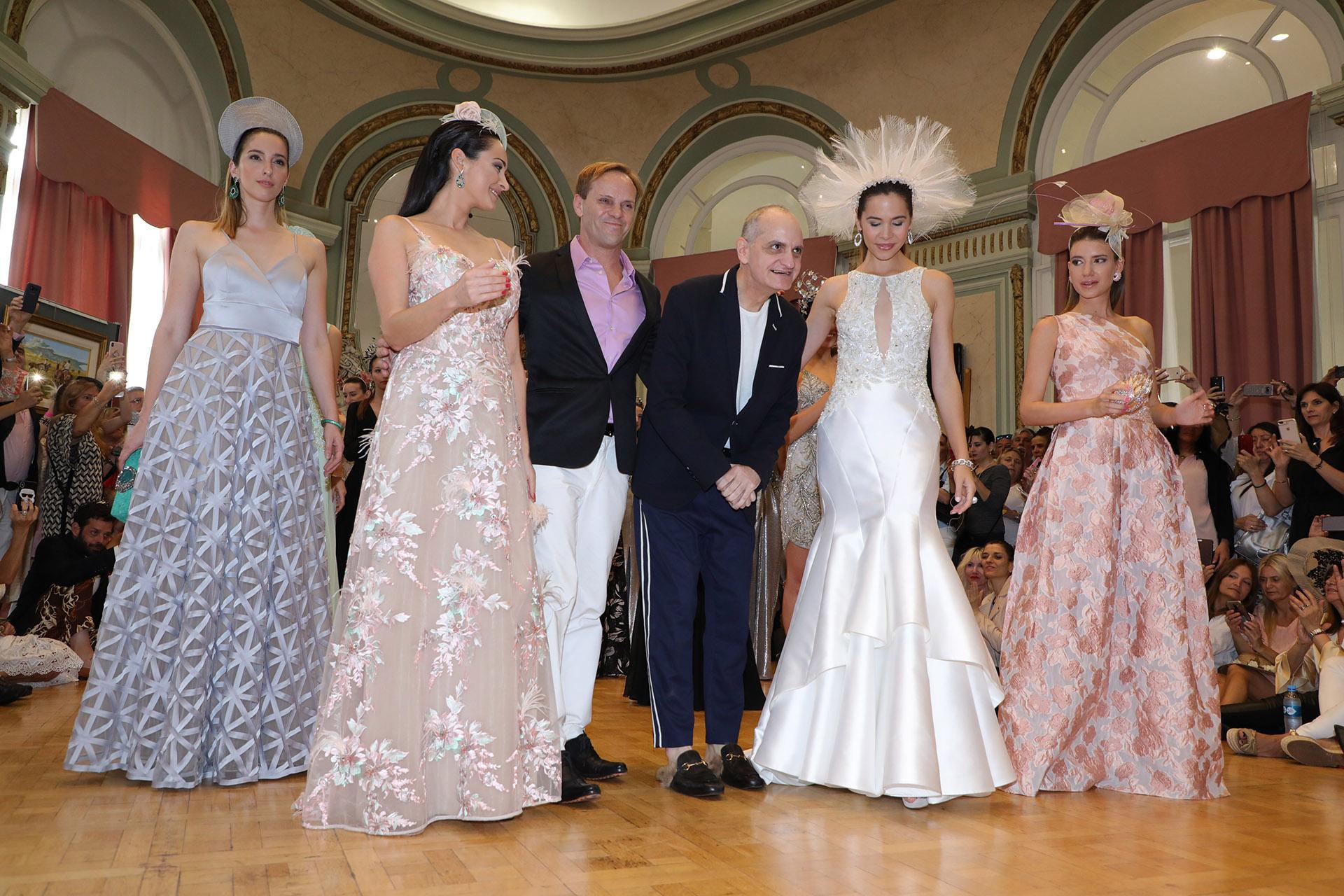 Laurencio Adot, acompañado por Thiago Pinheiro y las modelos, fue ovacionado en la presentación de su nueva colección: Royal Ascot