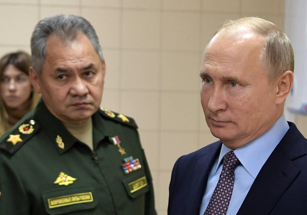 El presidente ruso Vladimir Putin, a la derecha, y su ministro de Defensa, Sergei Shoigu, visitan un centro tecnológico militar en Anapa, Rusia, el jueves 22 de noviembrede 2018. (AP)