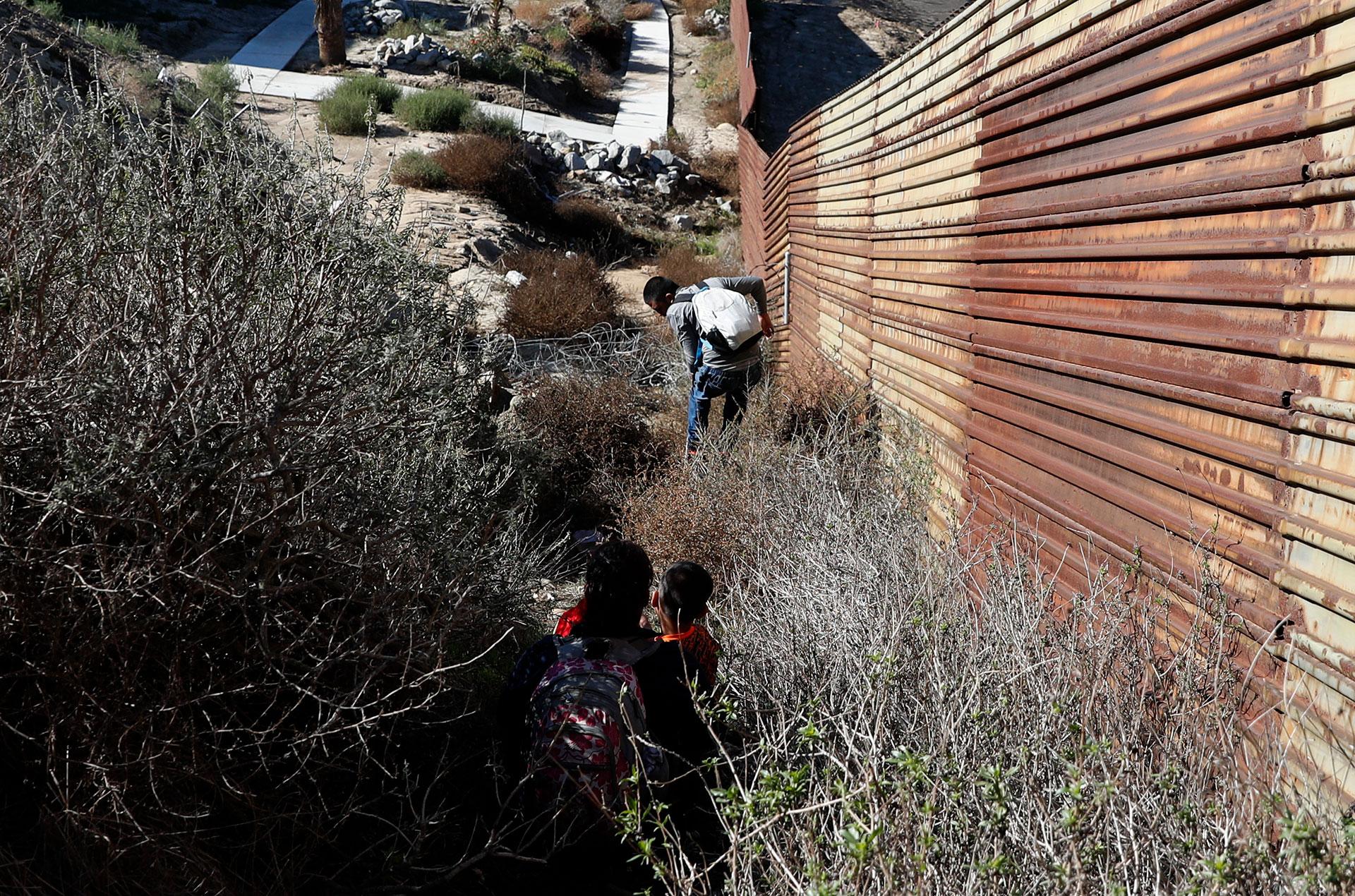 Todos ellos buscaban evitarse la larga espera oficial en el lado mexicano para presentar una solicitud de asilo y prefirieron cruzar el muro y entregarse a los agentes fronterizos estadounidenses