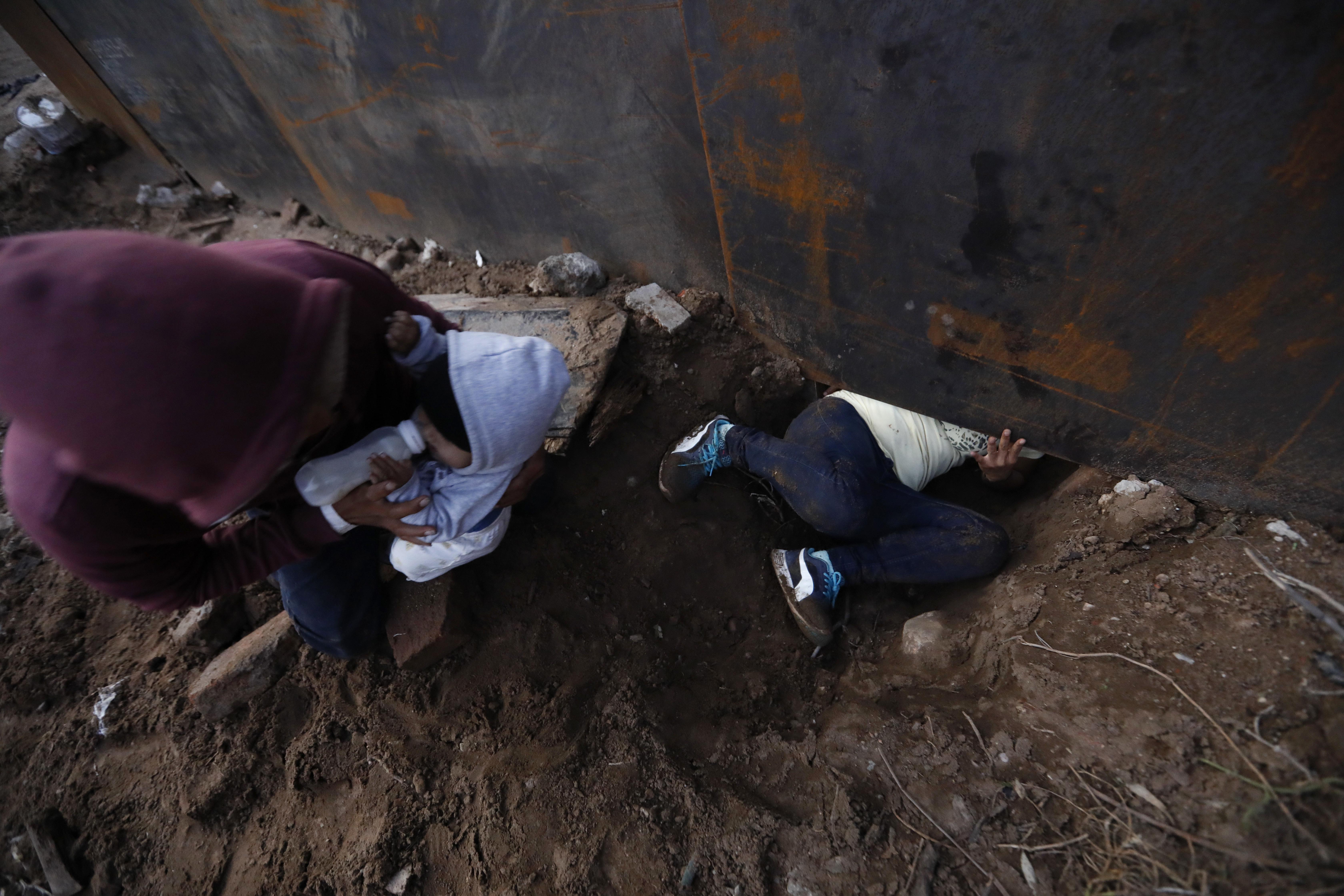 Las lluvias en la zona facilitan las excavaciones para cruzar por debajo del muro