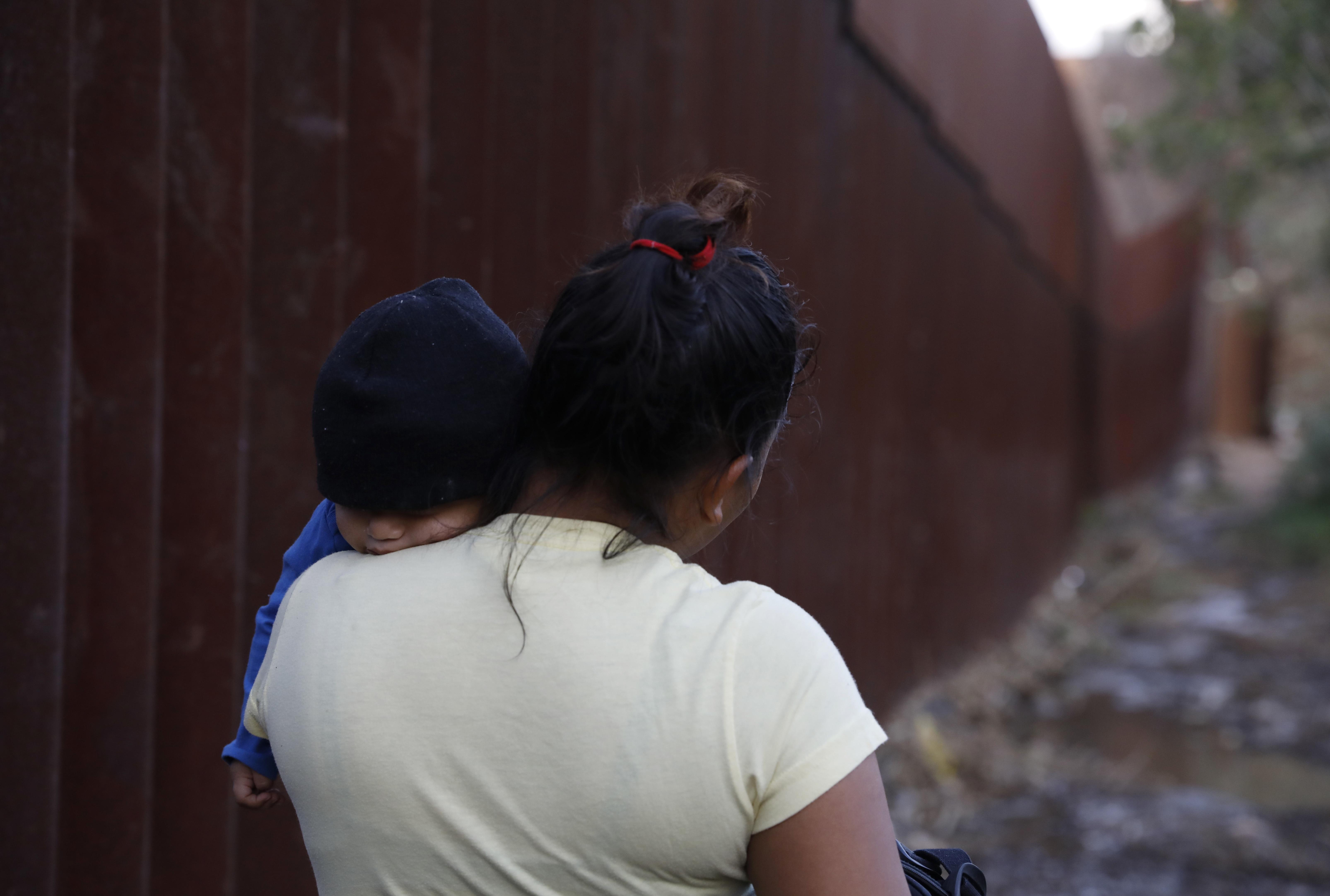 Yesenia Martínez, una migrante centroamericana de 24 años, carga a su hijo Daniel, de ocho meses, buscando un lugar para cruzar la frontera
