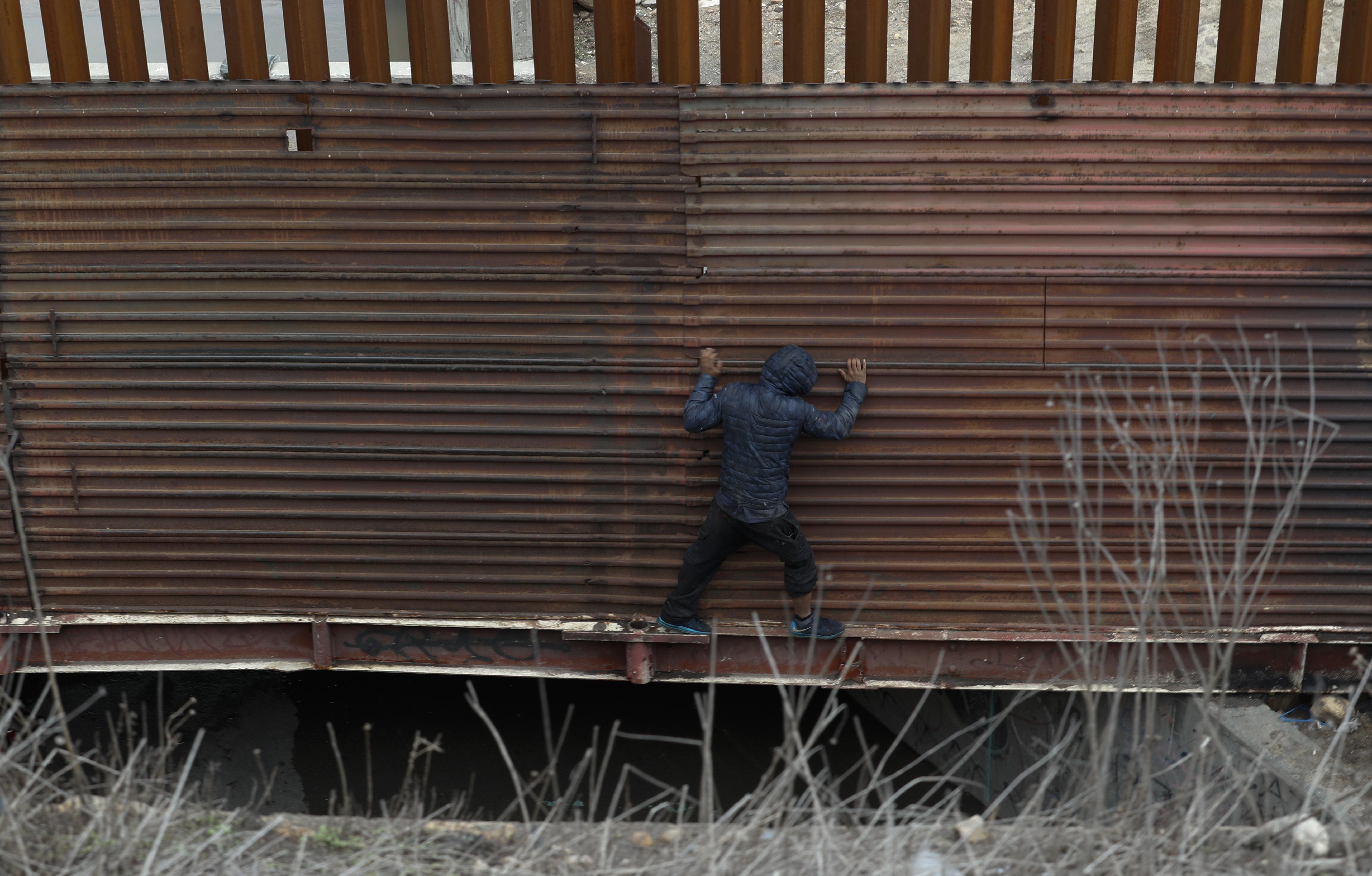 """A menudo en unos pocos minutos, los agentes fronterizos llegan al sitio para llevarlos a centros de detención y comenzar entrevistas sobre """"miedo creíble"""" de los migrantes"""