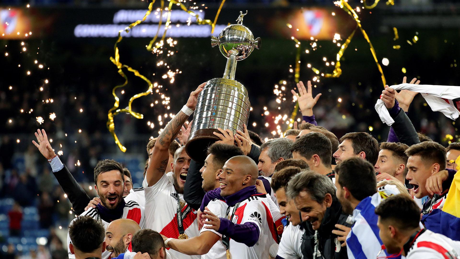 Los jugadores de River Plate celebran en el estadio Santiago Bernabéu la obtención de la Copa Libertadores tras derrotar por 3-1 a Boca Juniors el 9 de diciembre