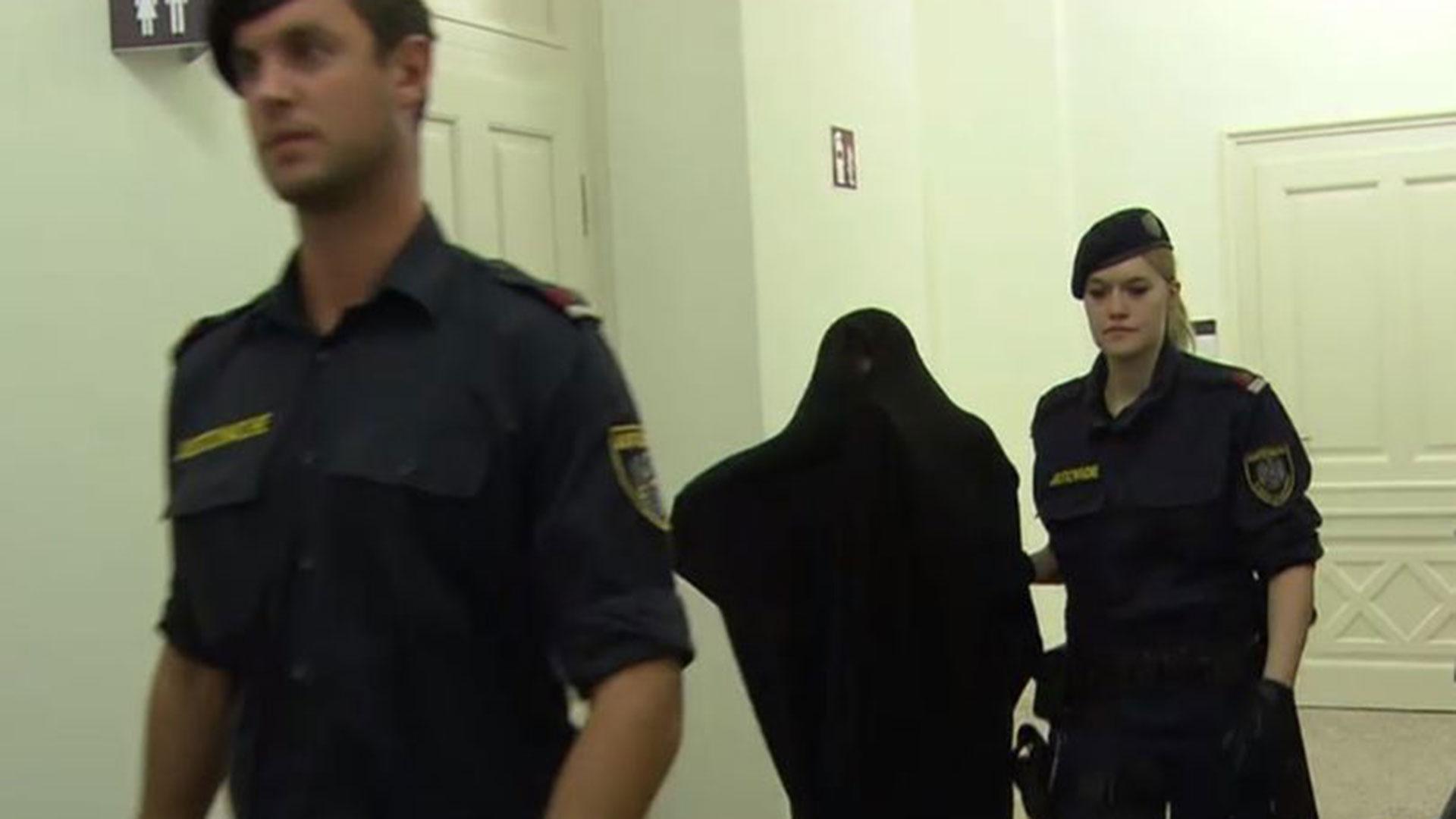 Durante el juicio en Austria decidió llevar una manta para cubrirse (Fotos: Especial Central European News)