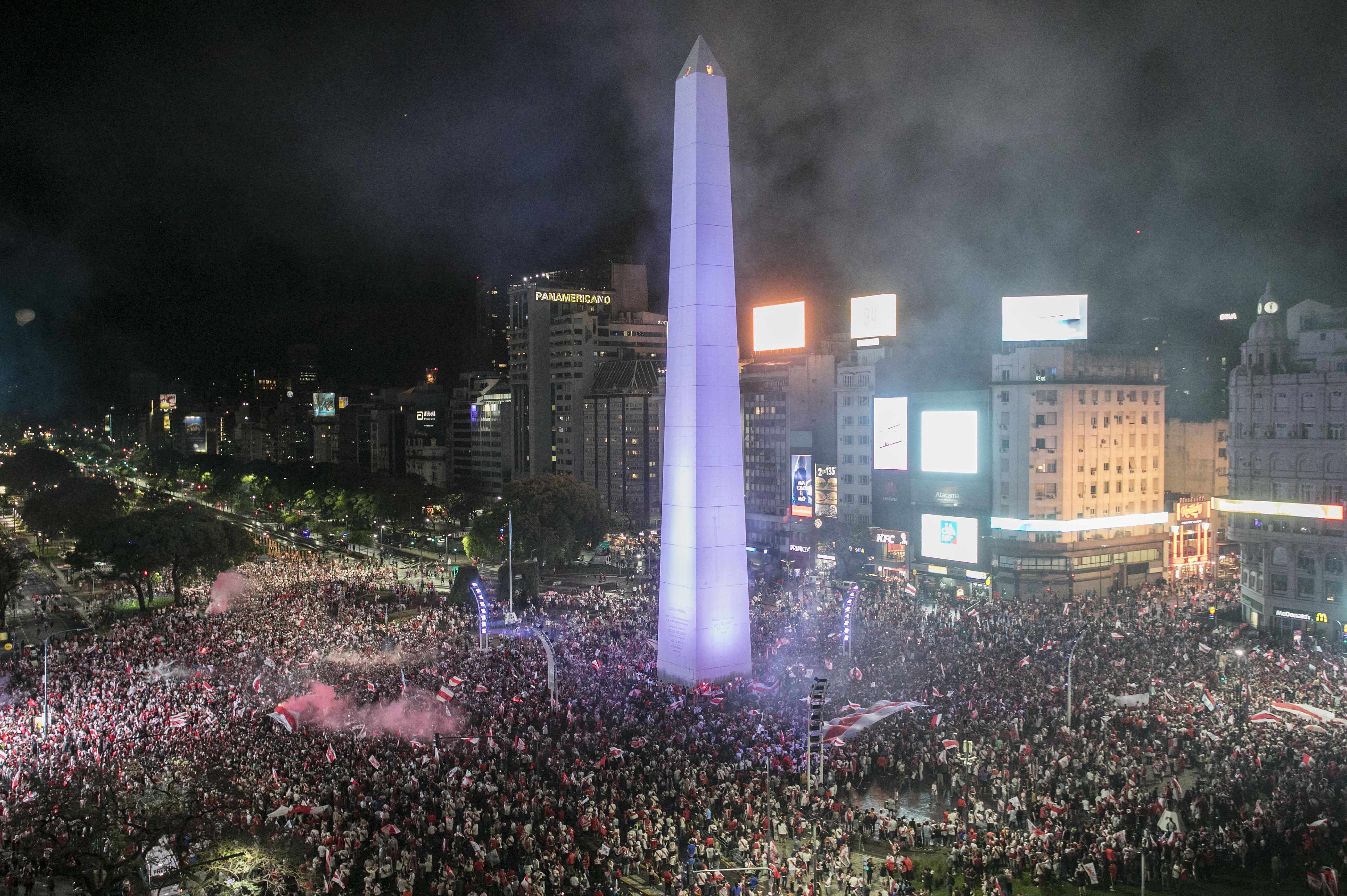 Los festejos de los hinchas de River en el Obelisco, tras ganar la Copa Libertadores(RAGGIO ALBERTO / AFP)