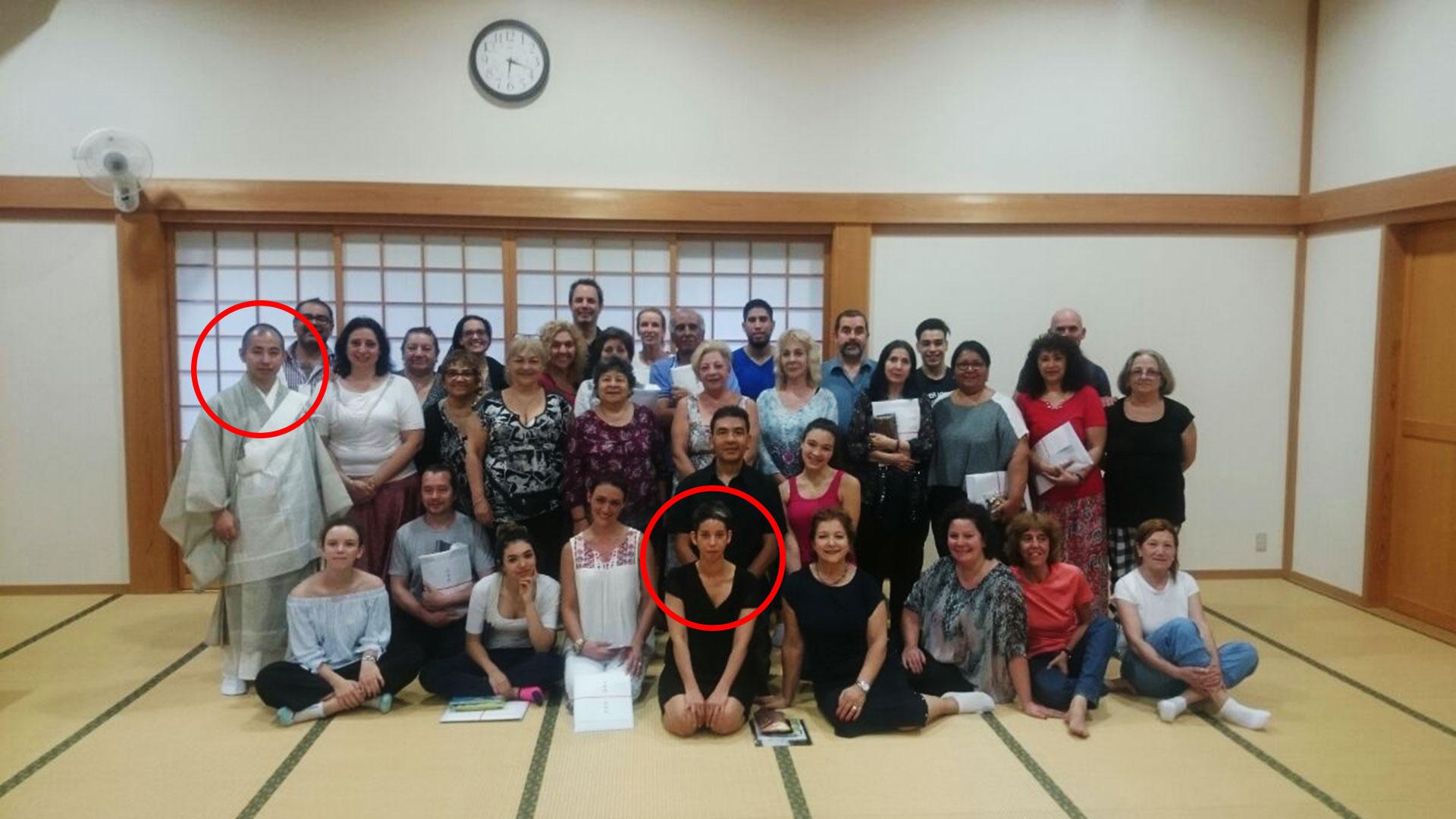 Foto grupal de Nichiren Shoshu en Flores: Cecilia y el sacerdote, en círculos rojos.