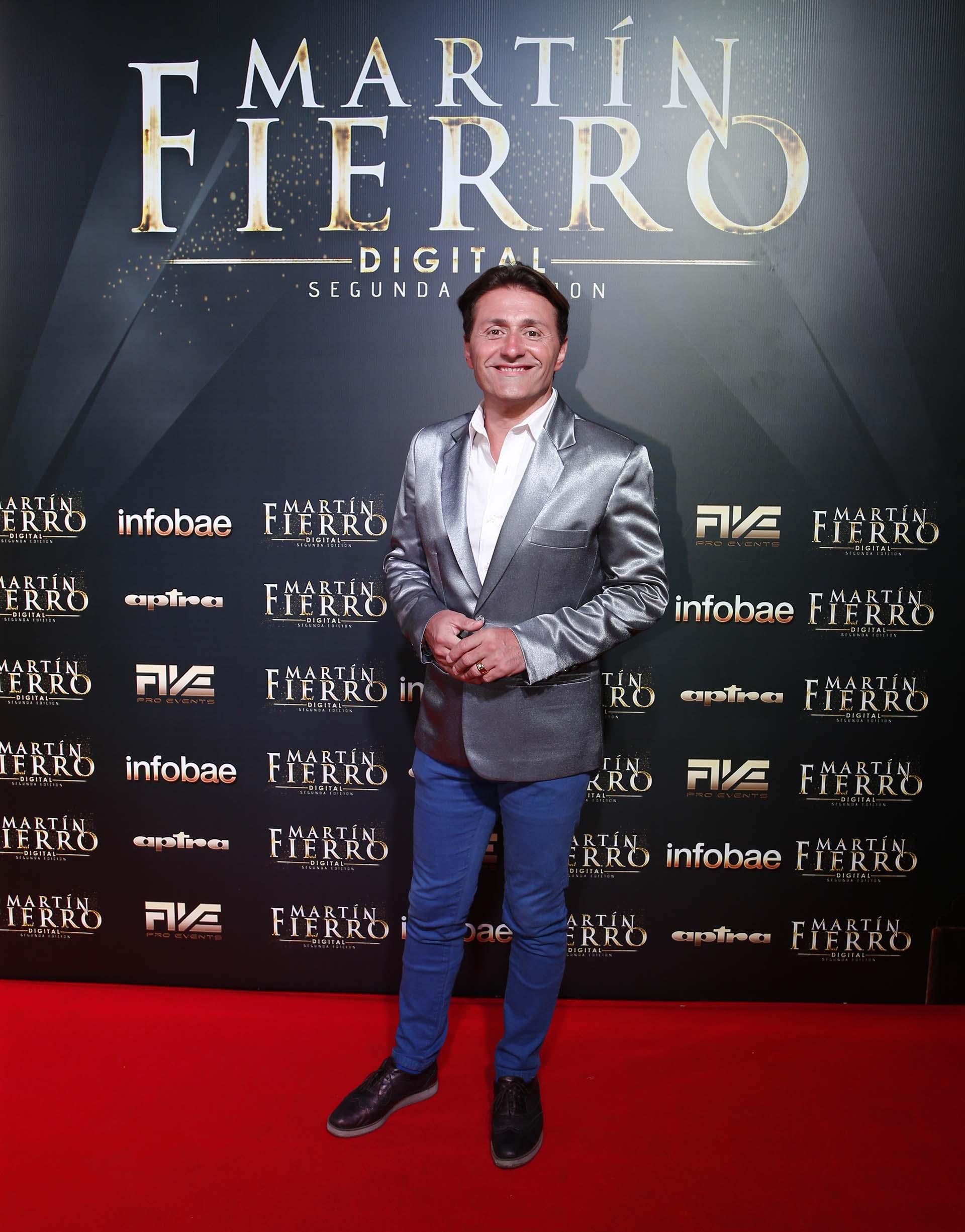 Daniel Gómez Rinaldi, metalizado. Saco en plateado, combinado con camisa blanca y pantalones azules y zapatos en bordó metalizado