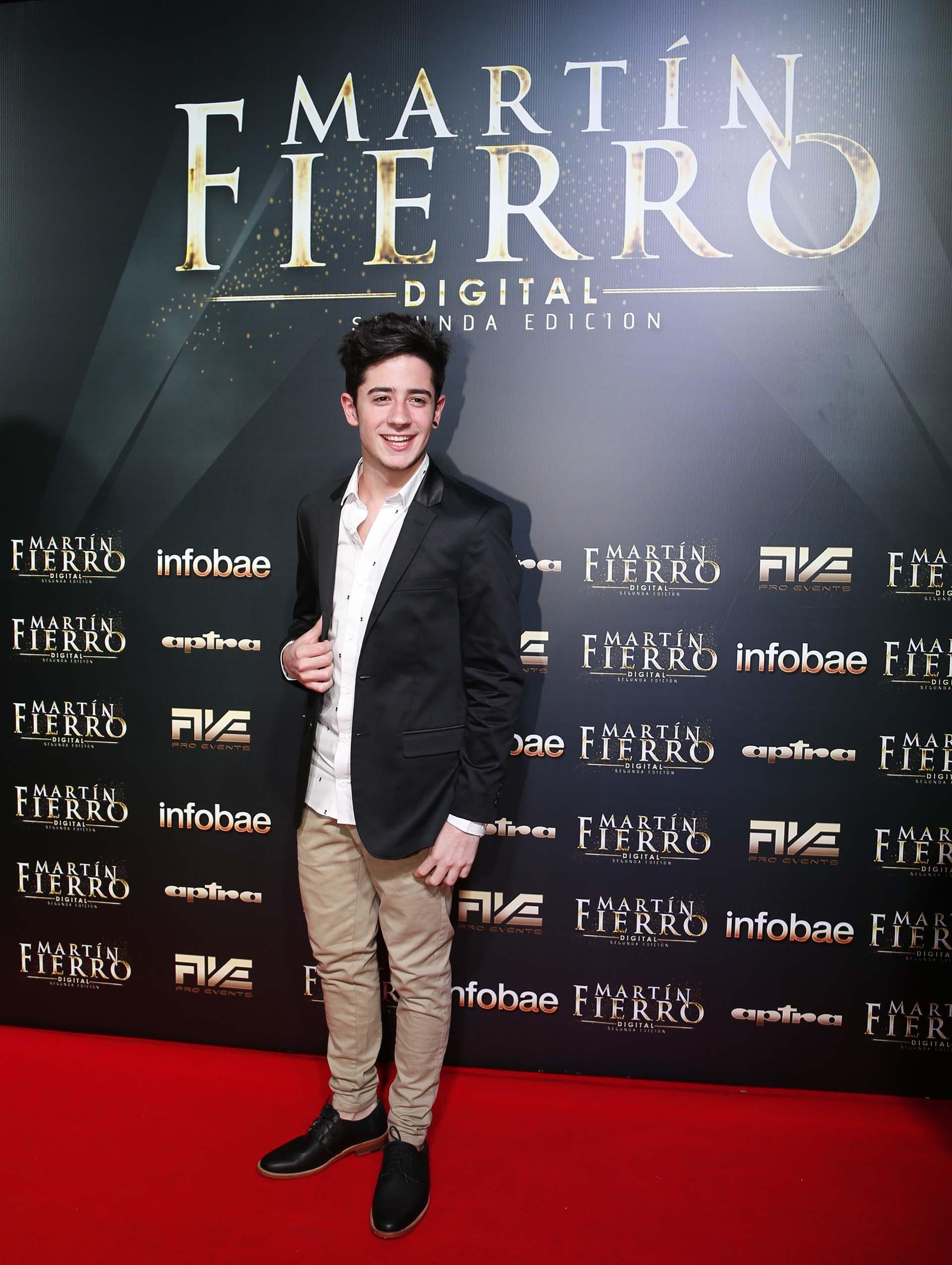 El youtuber Kevsho con saco de esmoquin negro, camisa blanca con dibujos, pantalón de gabardina y zapatos de cuero negro