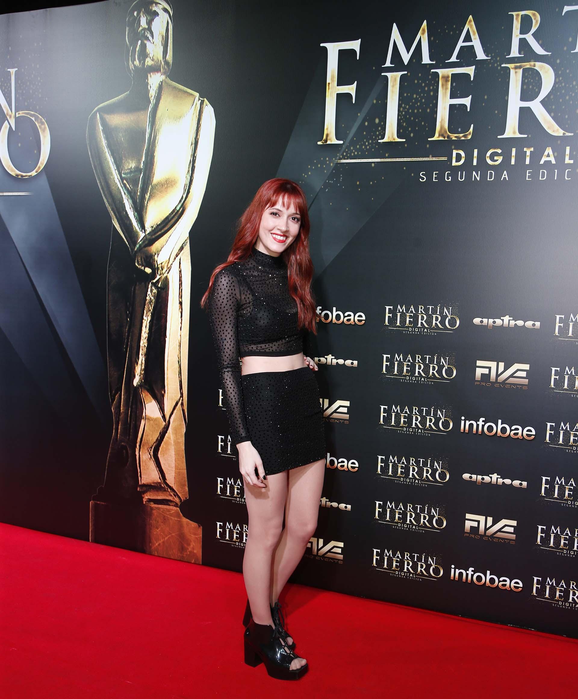La youtuber Dai Hernández, eligió un conjunto de dos piezas: minifalda y top con transparencias y polka dots con brillos. Completó el look con plataformas acharoladas