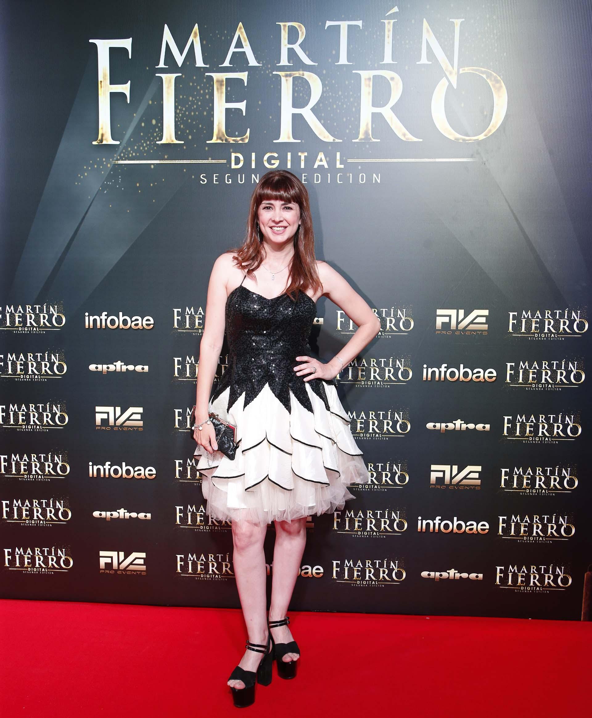 """Silvina Fuentes lució un vestido blanco y negro con detalles de tul al estilo """"black swan"""". Completó el look con plataformas a tono"""