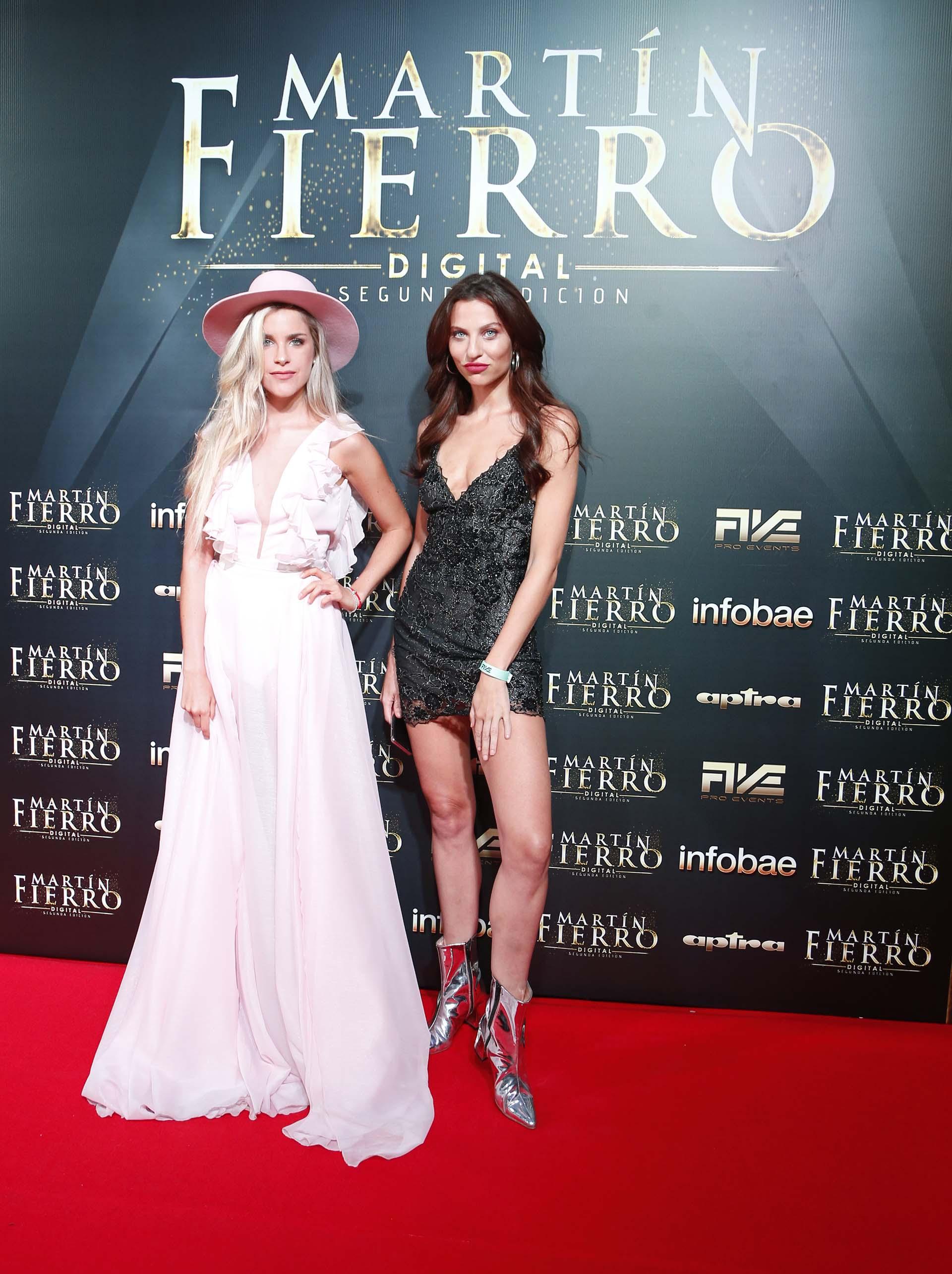 Las influencers fashionistas y de viajes: Delfi Ferrari con un total pink y detalle de sombrero y Valentina Salezzi, total black con botas en punta metalizadas