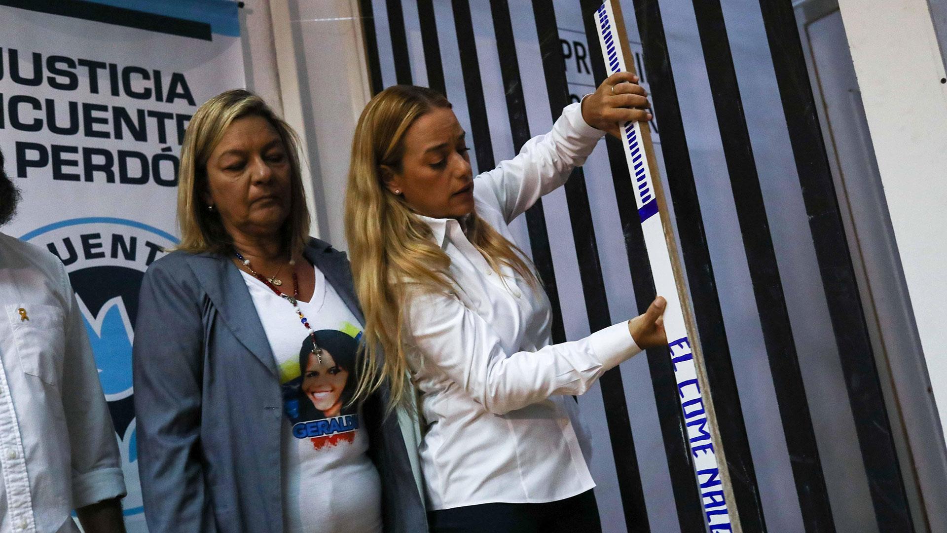 Lilian Tintori, esposa de Leopoldo López, presente en la exposición (EFE)