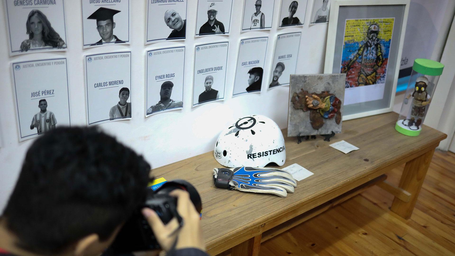 Hay fotografías de las víctimas y objetos personales de ellas (EFE)