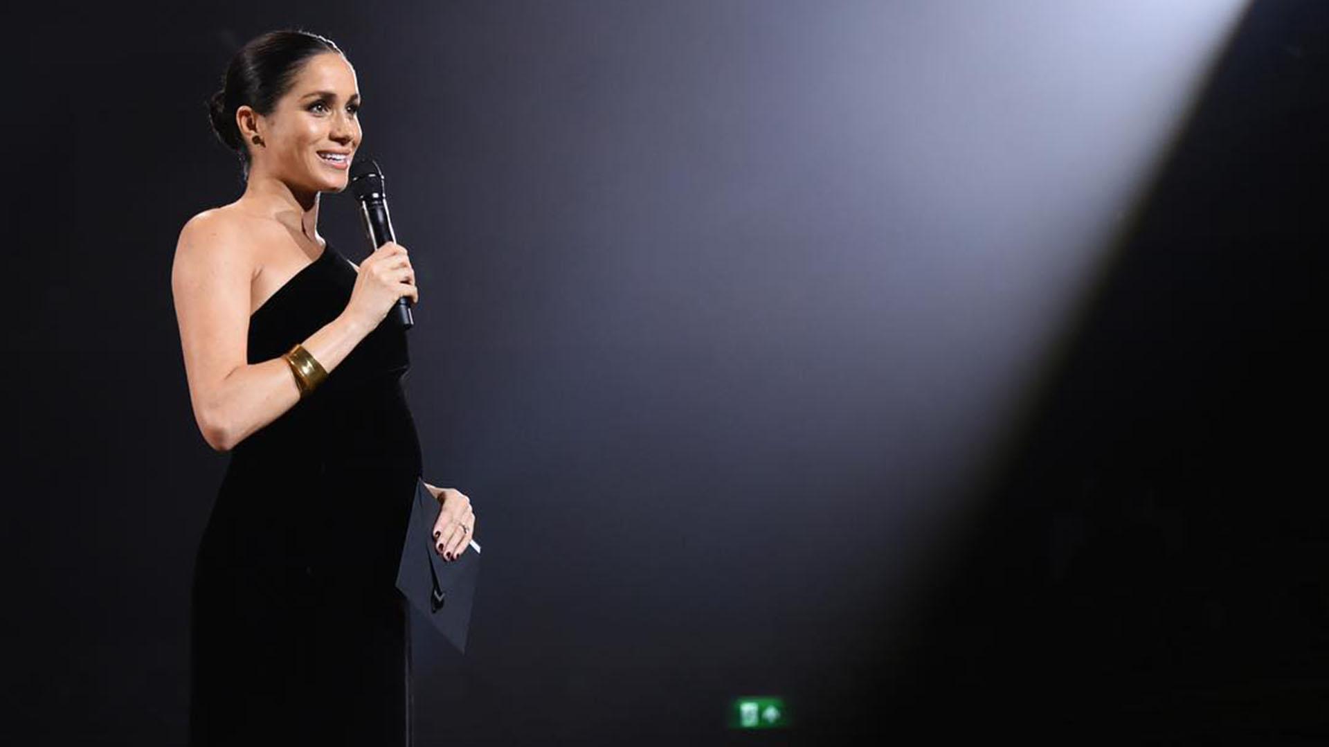 El director de Givenchy diseñó el icónico vestido de novia de la duquesa a principios de ese año. Meghan, por supuesto, llevaba nada menos que Givenchy durante su aparición sorpresa en los Fashion Awards (@kensingtonroyal)