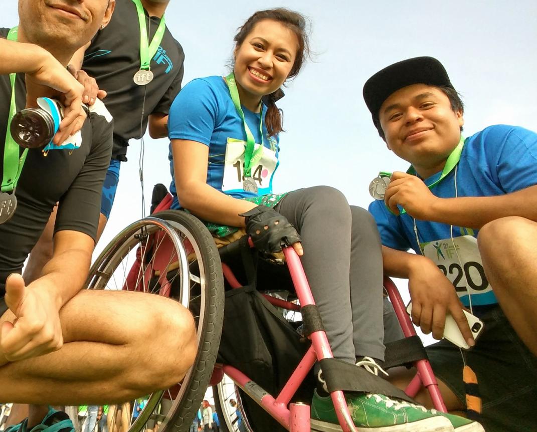 La estudiante universitaria que se identifica como Jen Bau Med en Facebook denunció haber recibido trato discriminatorio al ser bajada del taxi del servicio Didi junto con su amiga, que también usa silla de ruedas (Foto Facebook)