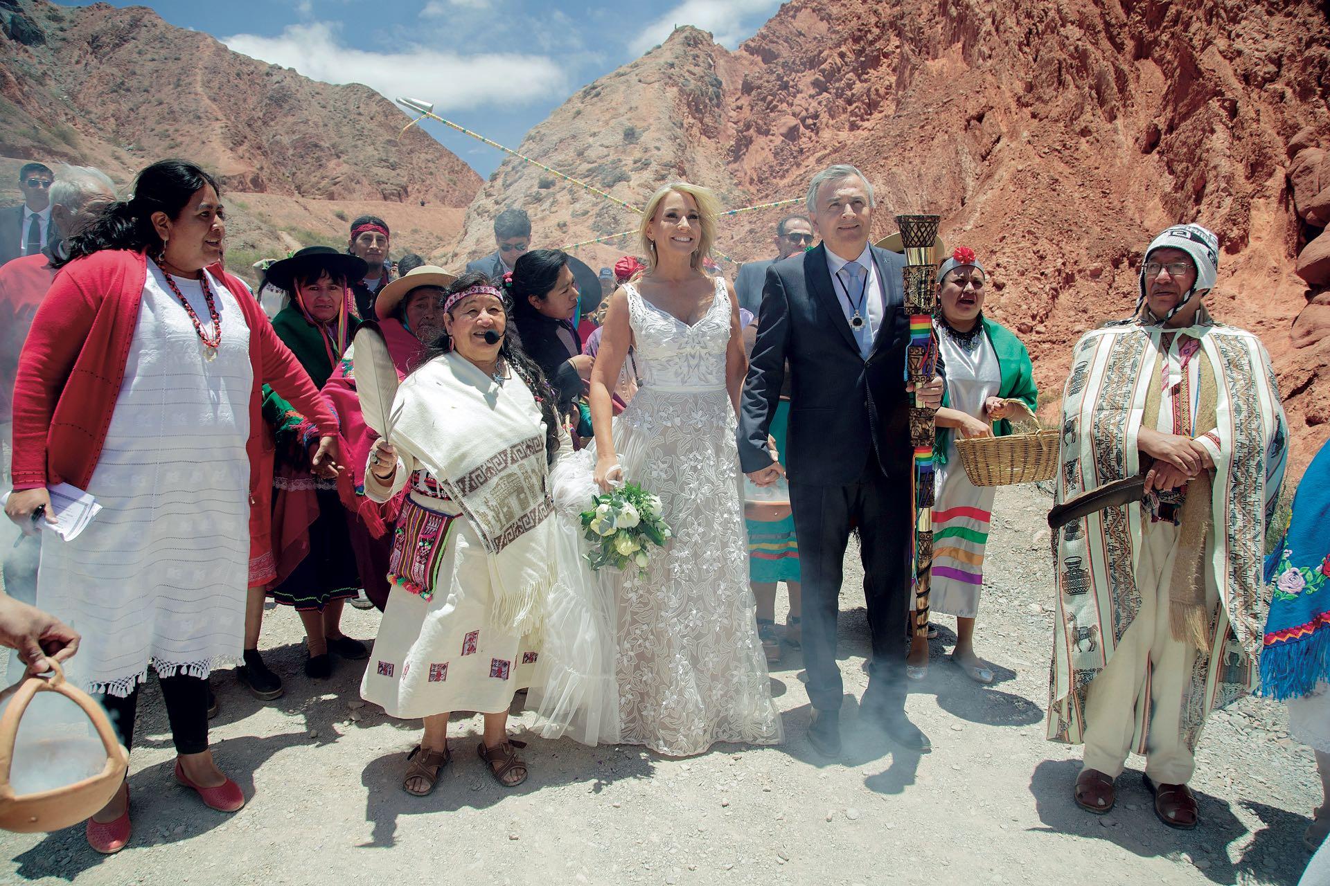 La boda de Gerardo Morales y Tulia. La novia, vestida por Javier Saiach, el novio, de traje, con el bastón de autoridad, rodeados por una banda de sikuris y los guías espirituales Kusi Killa y Wanka Willka.