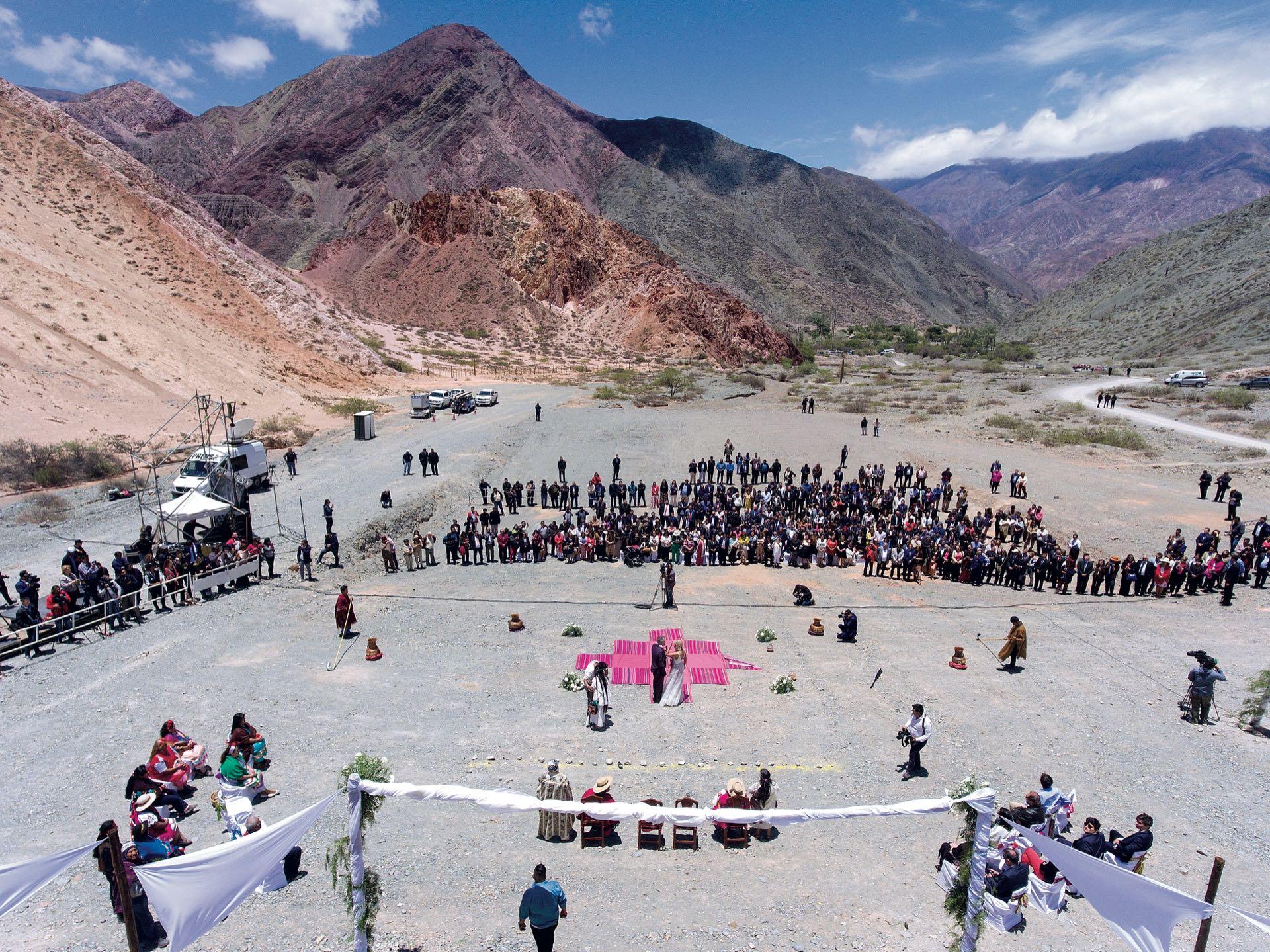 La ceremonia tuvo lugar al pie del cerro Los Colorados, en Purmamarca, con la cruz Chakana en el centro. Hubo una ofrenda a la Pachamama para pedirle protección para la pareja. Cada uno de los presentes dejó un mechón de pelo para acompañar con energía el ritual.