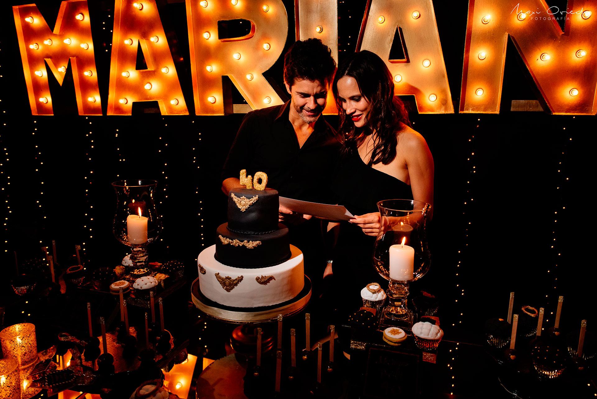 El actor junto a su novia.
