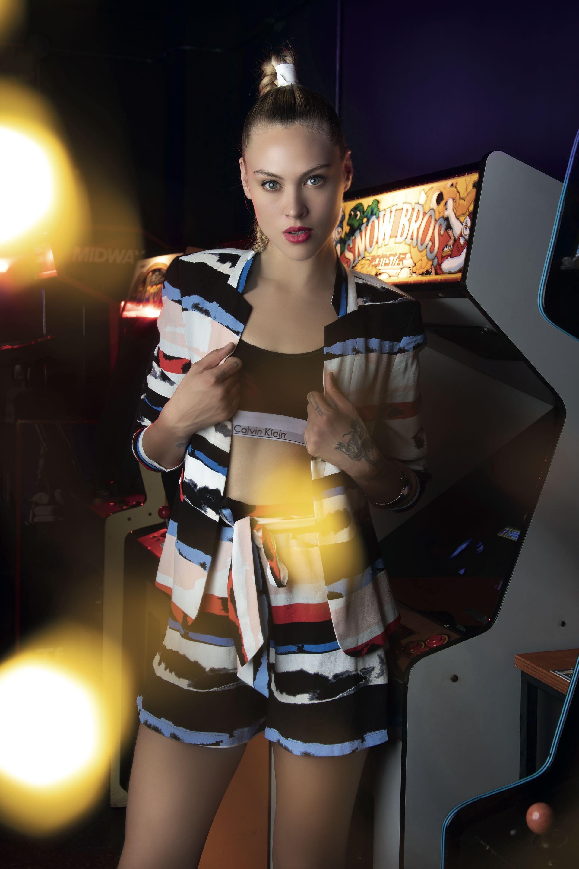 Saco y short estampados con lazo ($ 8.500 y $ 3.600, Vitamina), top deportivo de algodón ($ 1.596, Calvin Klein) y pulsera ancha ($ 650, Cuatro Musas).Camisa
