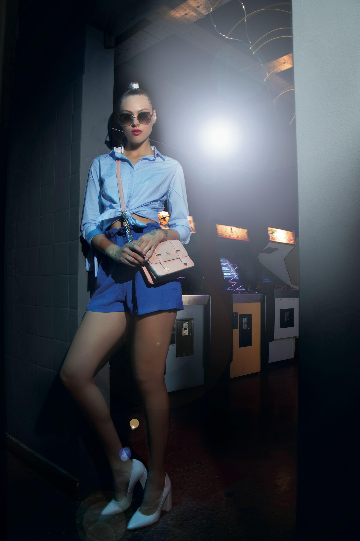 Camisa de poplín con nudos en las mangas ($ 2.200, Clara Ibarguren), short de lino de cintura alta ($ 2.490, Wanama), anteojos del sol con marco metálico (Ossira by Ranieri), mini bag de cuero ($ 1.690, XL Extra Large) y stilettos de cuero($ 2.790, Viamo).