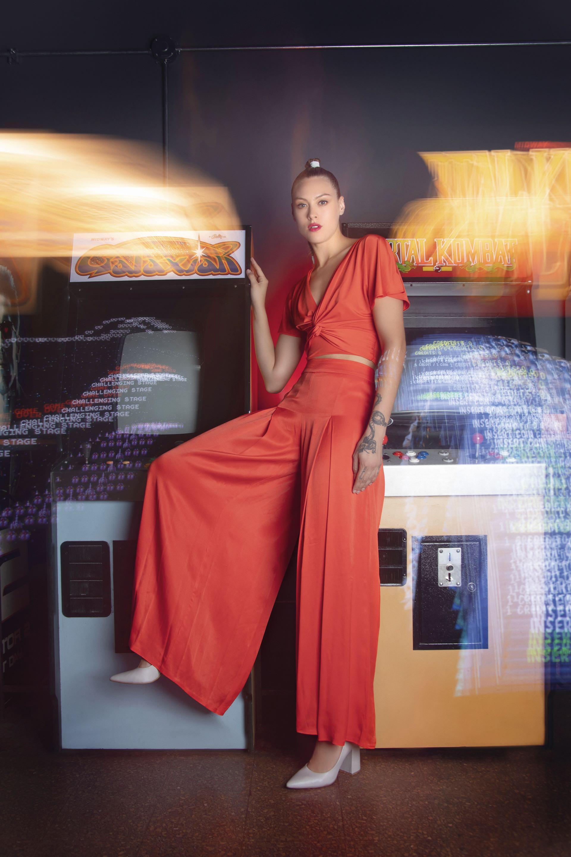 Top de microfibra anudado en el frente ($ 750, Zhoue), pantalón ancho con tablas($ 5.900, Clara Ibarguren)y stilettos de cuero ($ 2.790, Viamo).