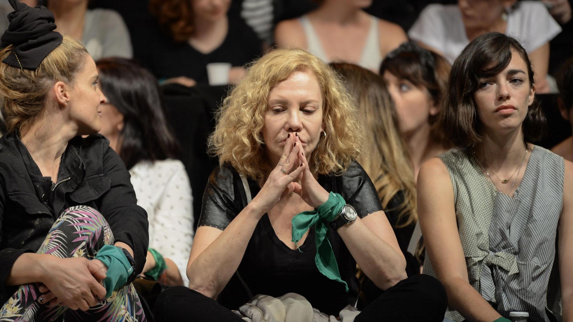 En primera fila y con el pañuelo verde atado, también se hizo presente Cecilia Roth
