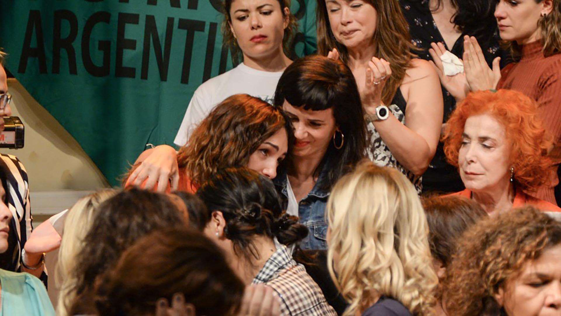 En uno de los momentos más conmovedores del encuentro, Thelma Fardin se abrazó a Griselda Siciliani