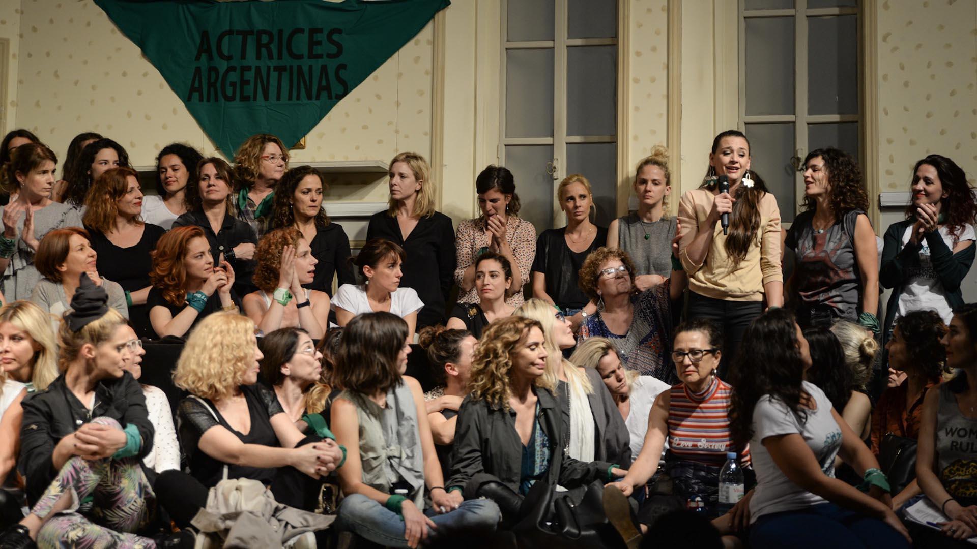 Sobre el escenario del Multiteatro, las actrices le agradecieron a Carlos Rottemberg, quien cedió el espacio para la conferencia