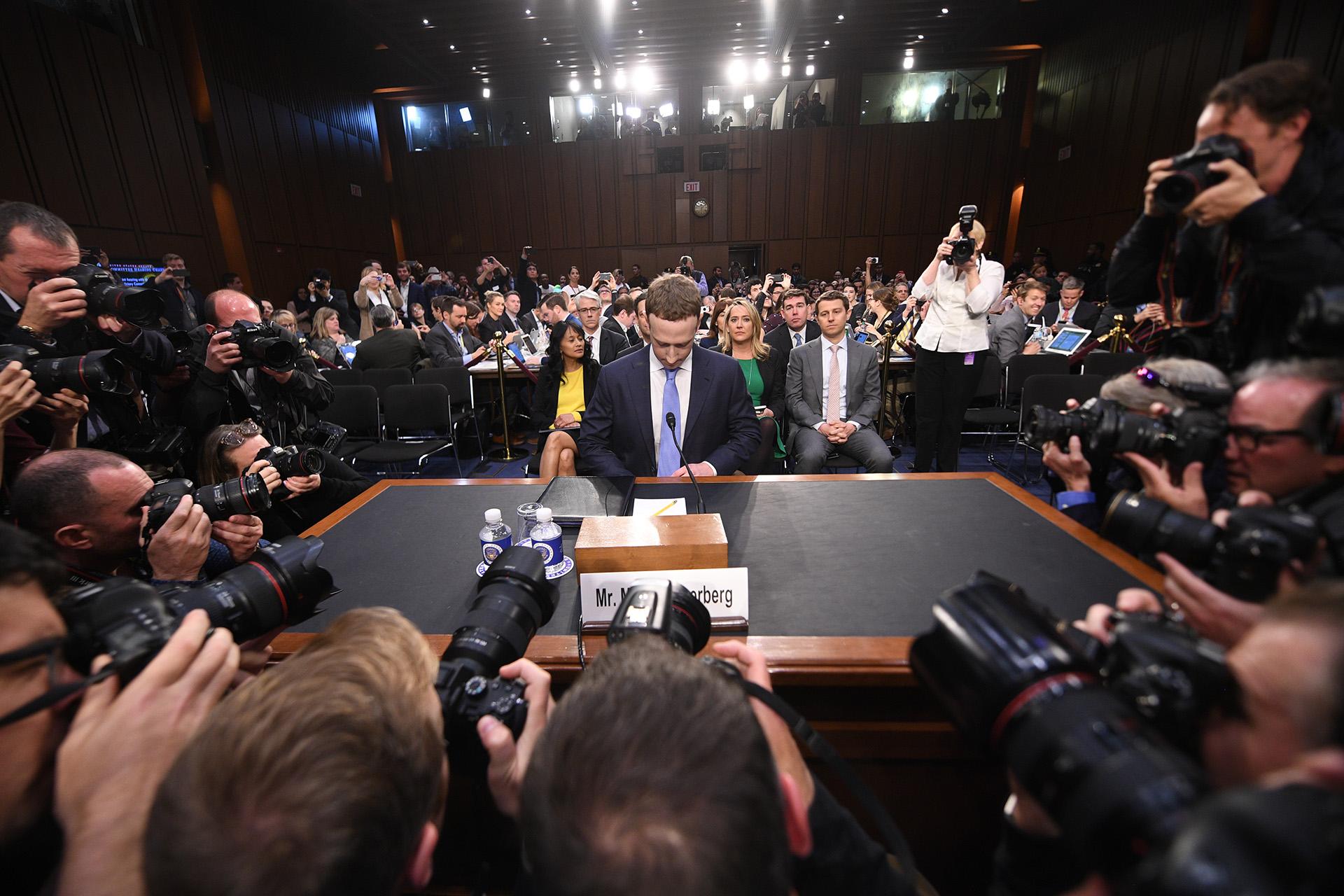 Mark Zuckerberg, CEO de Facebook, durante la audiencia a la que compareció ante el Comité de Comercio del Senado de los Estados Unidos el 10 de abril (JIM WATSON / AFP)