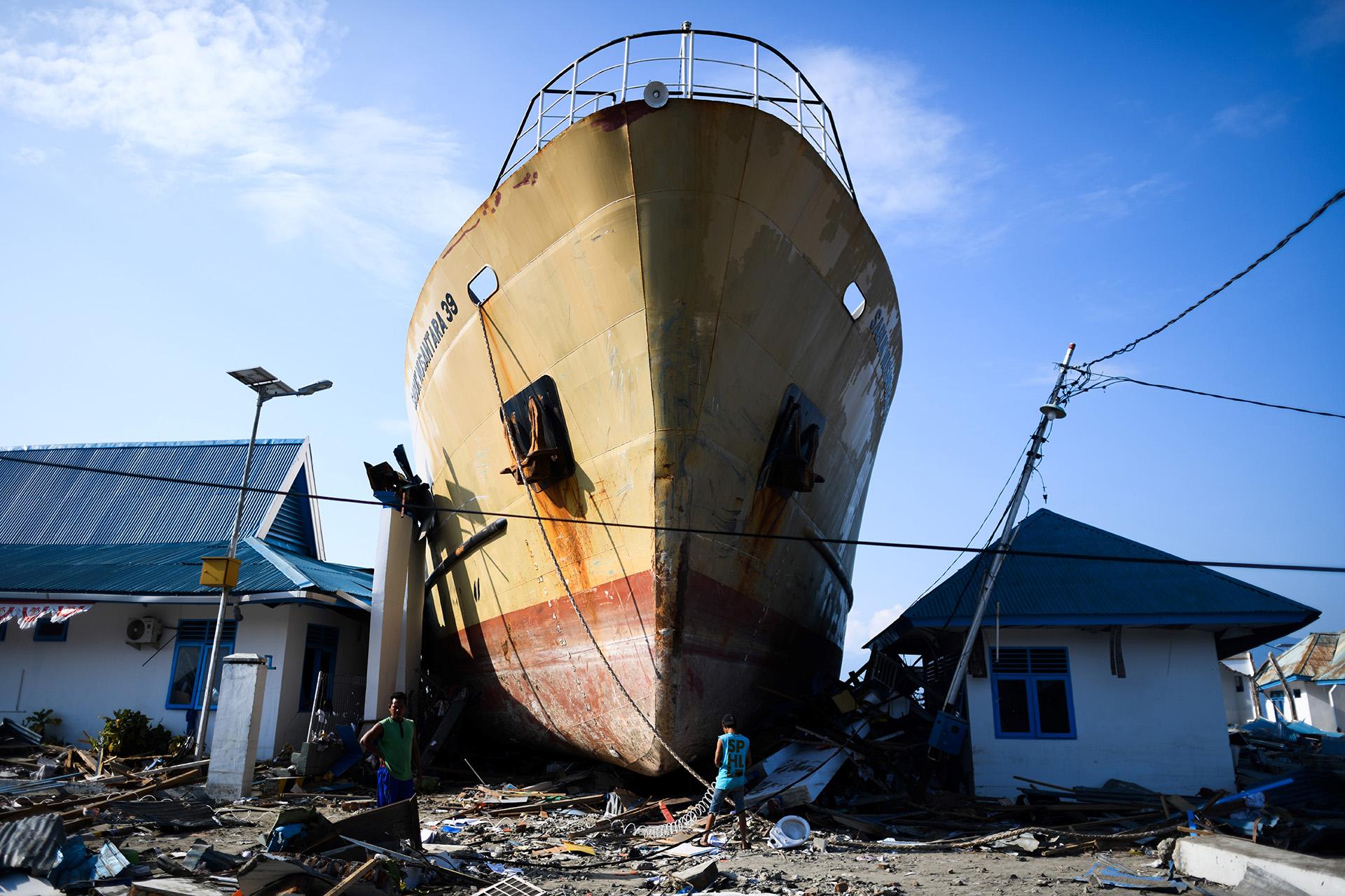 Un barco de pasajeros que terminó entre dos casas el 3 de octubre tras el terremoto que sacudió a Indonesiadías antes (JEWEL SAMAD / AFP)