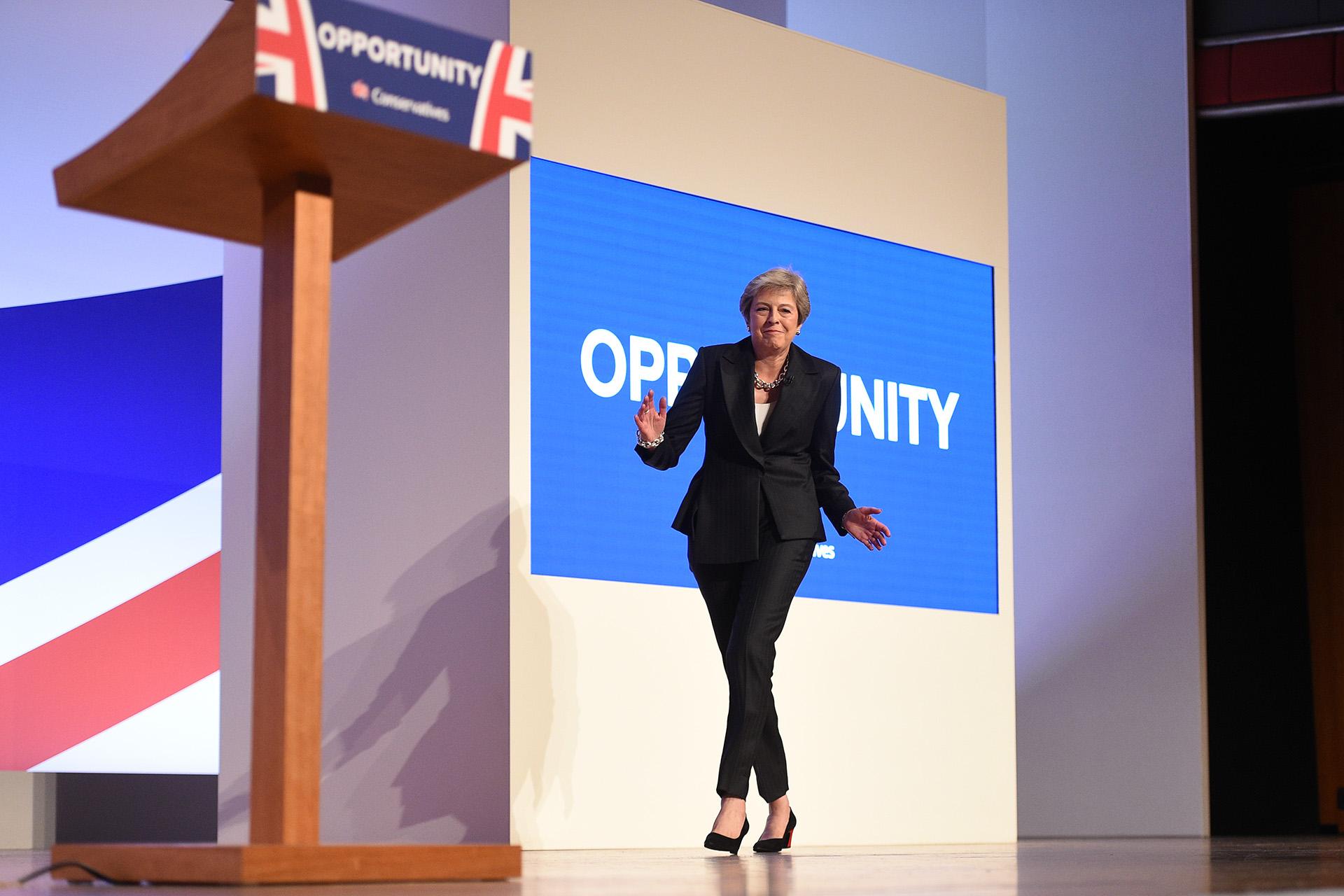 La primera ministra Theresa May ingresa bailando al cierre de la Conferencia del Partido Conservador del Reino Unido el 3 de octubre (Oli SCARFF / AFP)