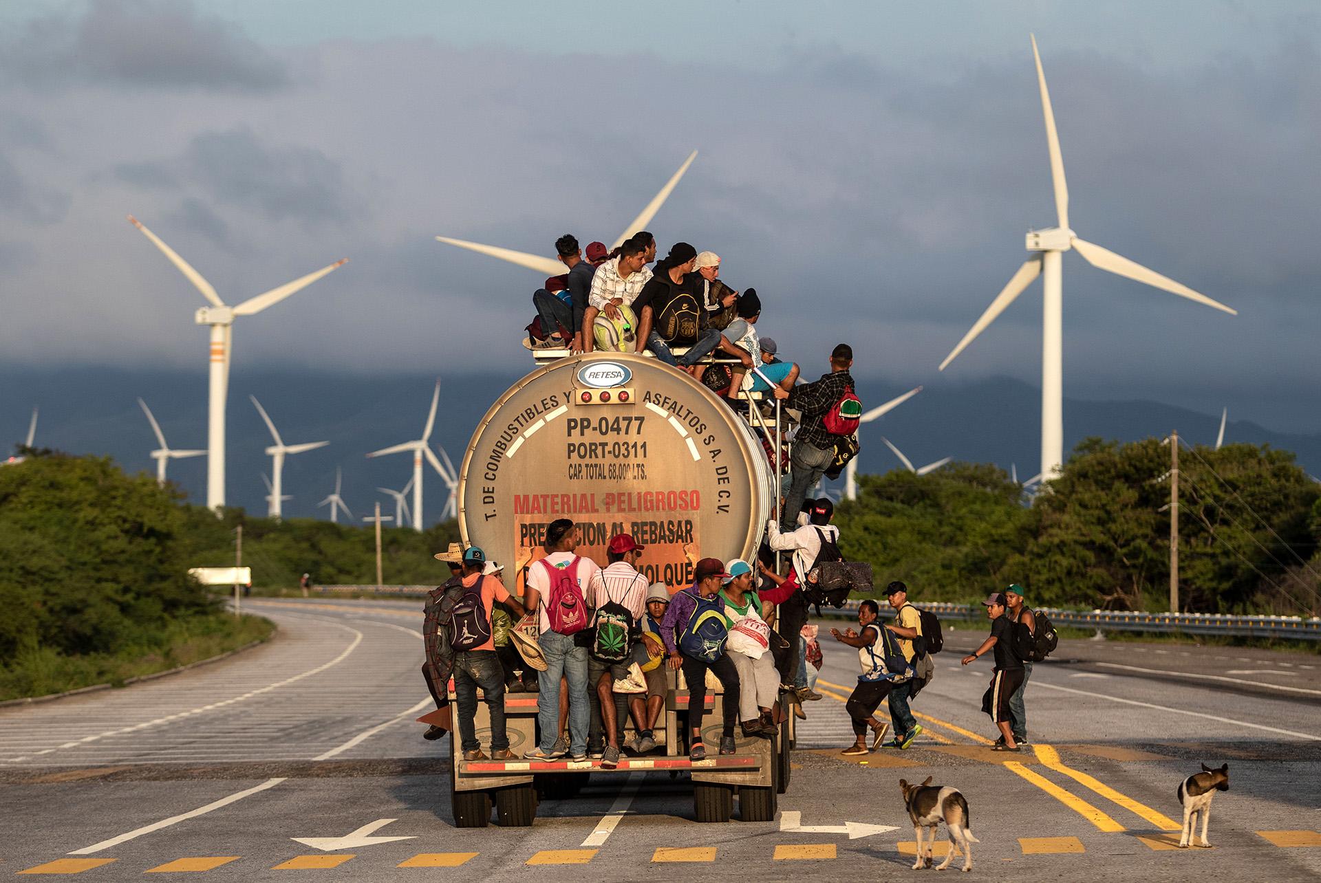 Un camión traslada a inmigrantes hondureños en Santiago Niltepec, en el estado mexicano de Oaxaca, el 30 de octubre (GUILLERMO ARIAS / AFP)
