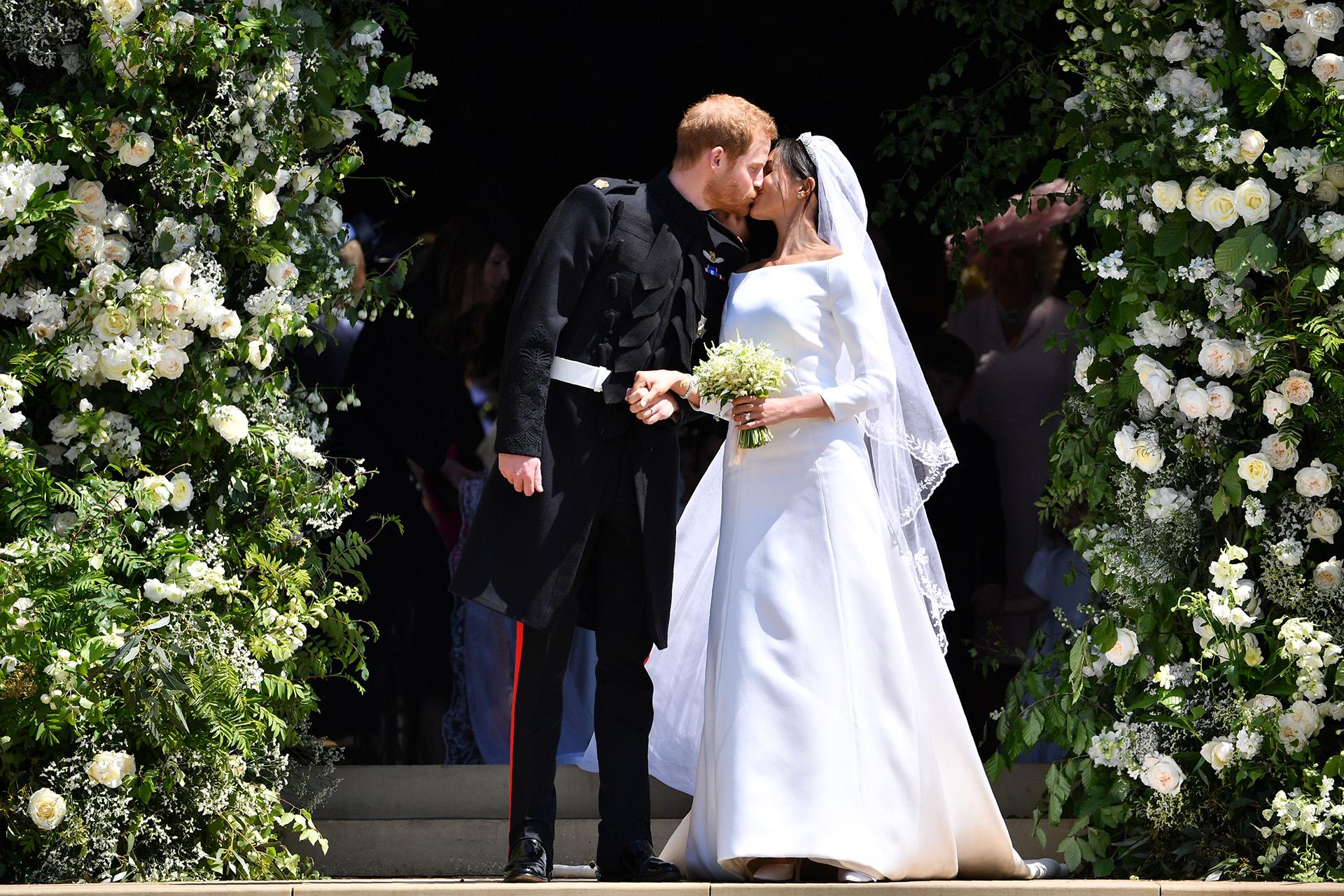 El príncipe Harry, duque deSussex, besa a su flamante esposa Meghan Markleal salir de la Capilla St George's en el Castillo de Windsor, durante su boda el 19 de mayo (Ben STANSALL / POOL / AFP)