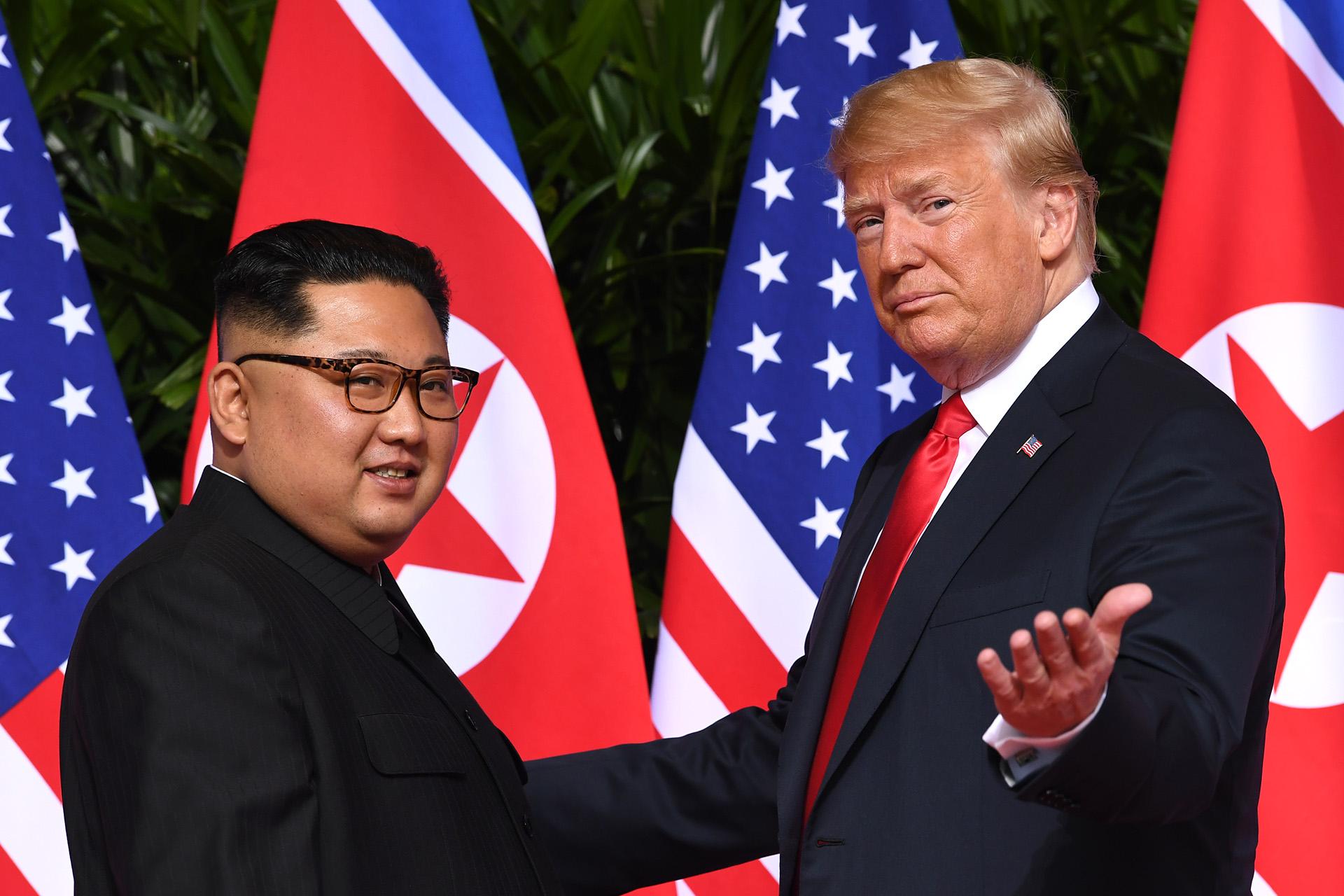 El histórico saludo entre Donald Trump y el dictador norcoreano Kim Jong Un, durante el encuentro que mantuvieron en la isla Sentosa de Singapur el12 de junio (SAUL LOEB / AFP)
